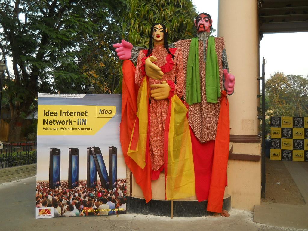Marionnettes géantes de Burdwan the Puppeteers (Bardhaman, Bengale occidental) mis en scène par Partha Pratim Paul