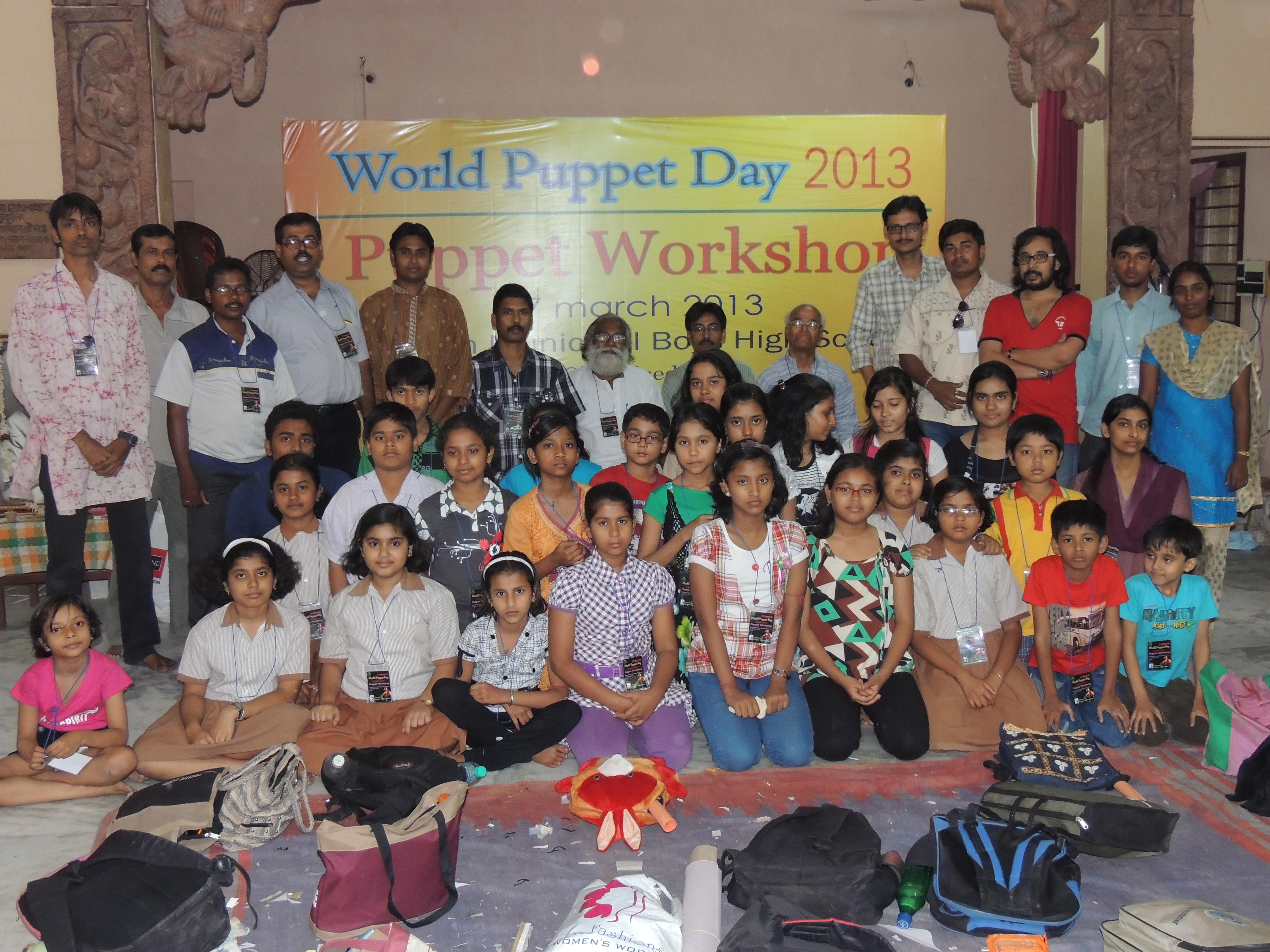 Atelier de marionnettes pour enfants réalisé, en 2013, par Burdwan the Puppeteers (Bardhaman, Bengale occidental) dirigé par Partha Pratim Paul