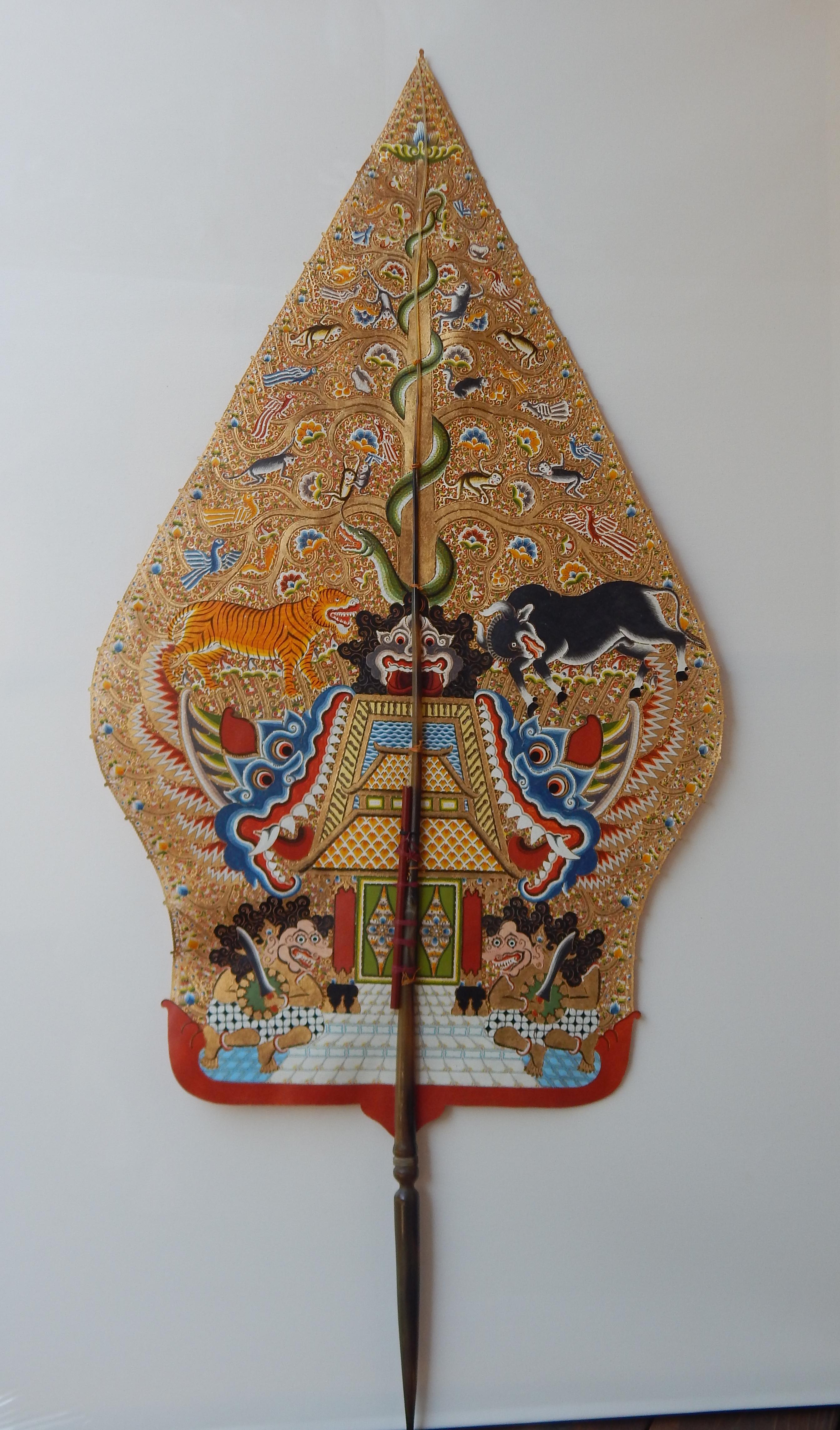 <em>Gunungan gapuran</em>, une figure d'ombre pour le <em>wayang <em>kulit</em> purwa</em> <em>Jawa</em> et le wayang golek purwa, représentant le Cosmos ou l'Arbre de la Vie. Collection : Karen Smith.