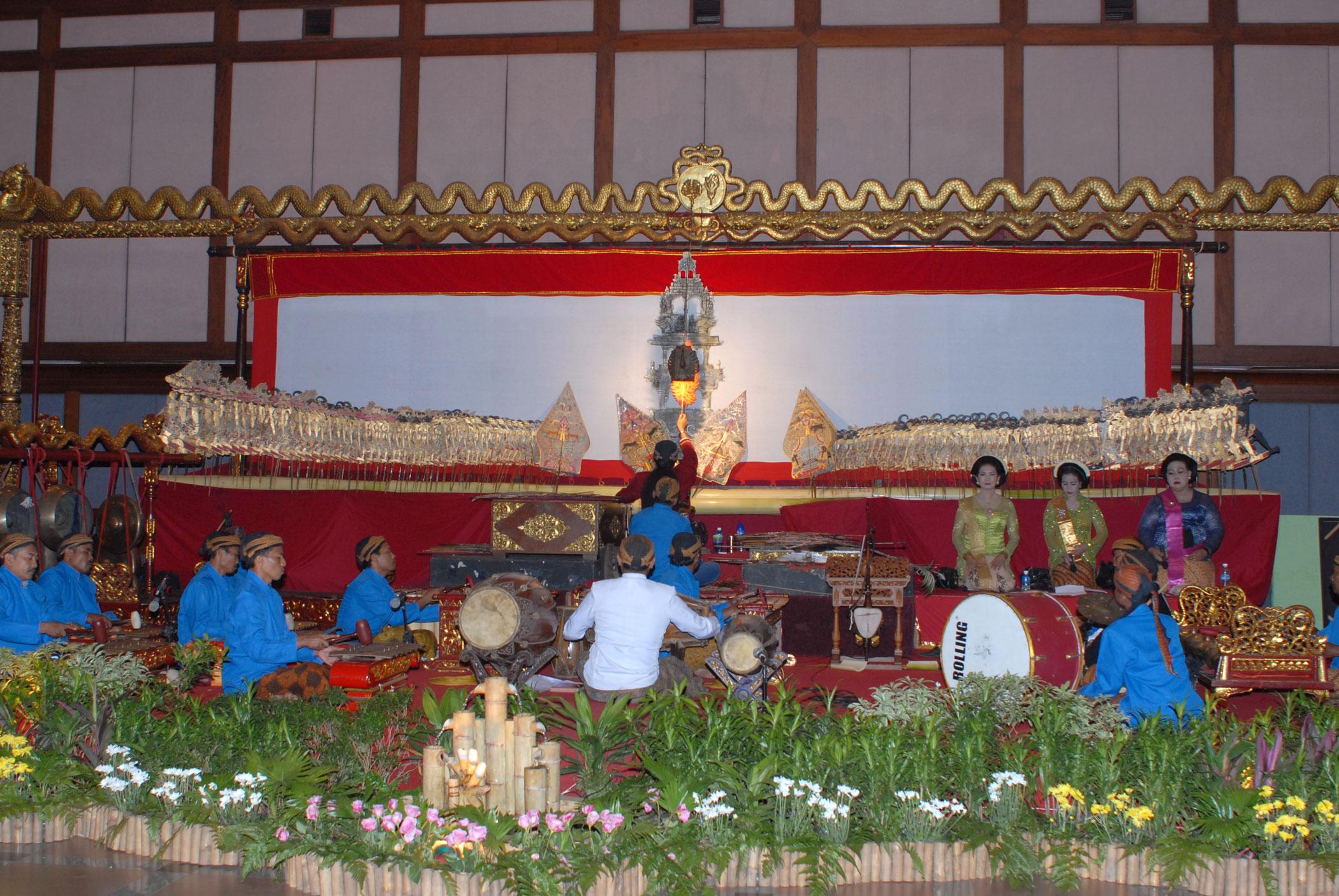 Un <em>dalang</em> javanais jouant avec l'orchestre gamelan et les chanteurs (<em>pesinden</em>). Théâtre d'ombres, <em>wayang <em>kulit</em> purwa</em> Surakarta (Java central, Indonésie).