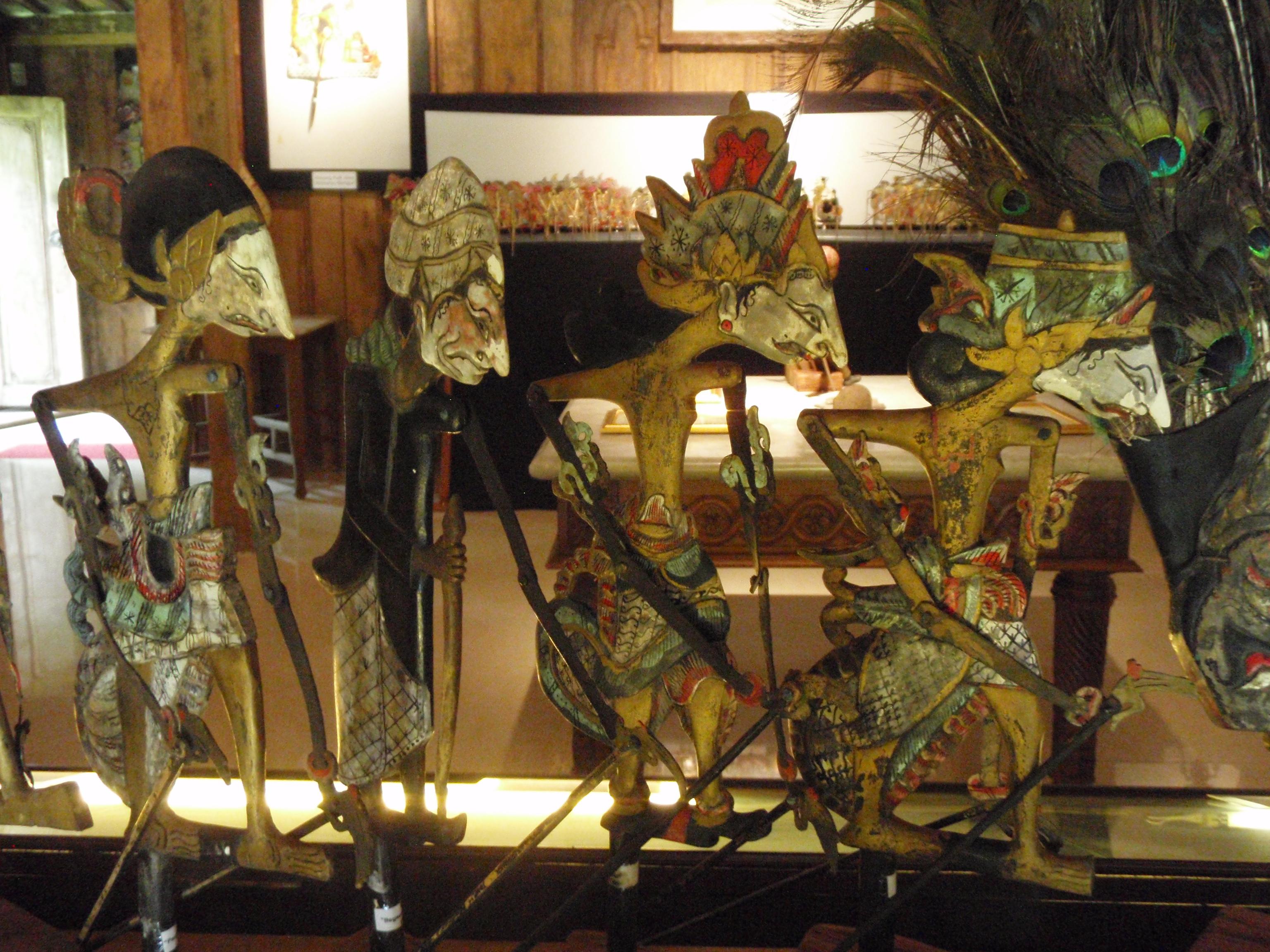 Wayang klitik tatakan (Java oriental), un style de wayang développé au XVIIe siècle présentant des histoires basées sur le roi légendaire javanais, Damarwulan. Marionnettes à tiges à deux dimensions en bois. Collection : Setia Darma House of Masks and Puppets, Gianyar, Bali, Indonésie.