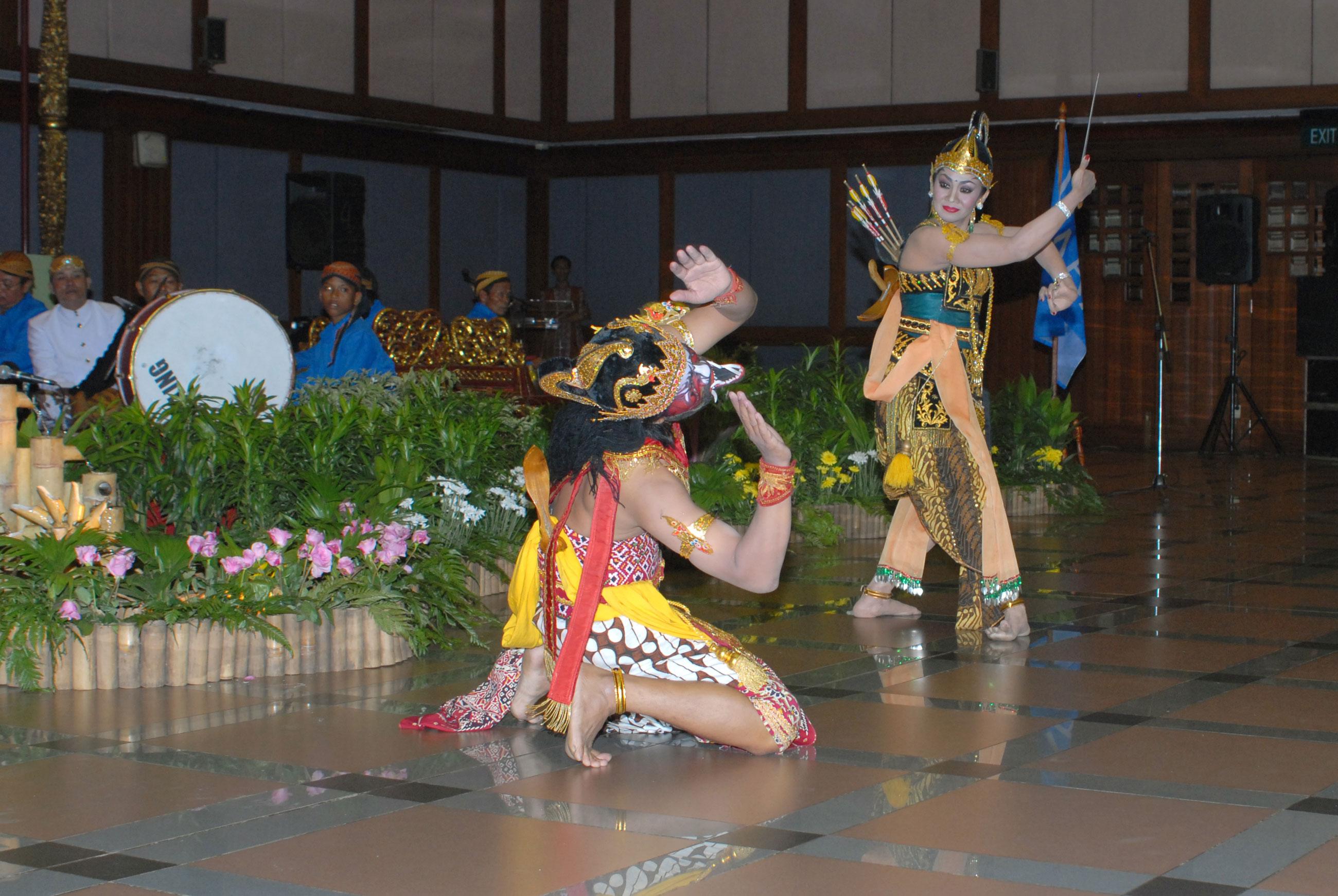 Wayang Wong, également connu sous le nom wayang orang (littéralement « wayang humain »), est un type de spectacle de théâtre de danse classique javanaise avec des thèmes issus des épisodes du Râmâyana ou du Mahâbhârata (Java central, Indonésie).
