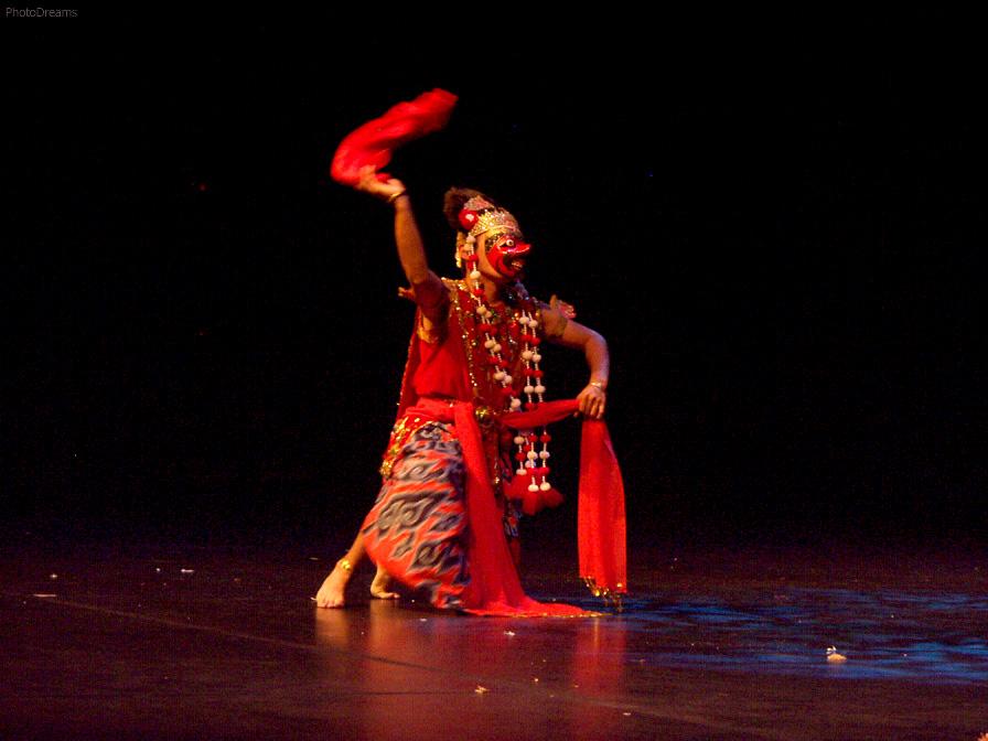 Wayang <em>topeng</em> (<em>topeng</em> : « masque »), sepctacle des histoires de wayang (de la plupart des cycles) avec les acteurs ou les danseurs portant des masques de personnages, accompagnés par la musique de gamelan. Danseur (du <em>topeng</em> <em>Cirebon</em>) sur la photo : Ben Archangel.