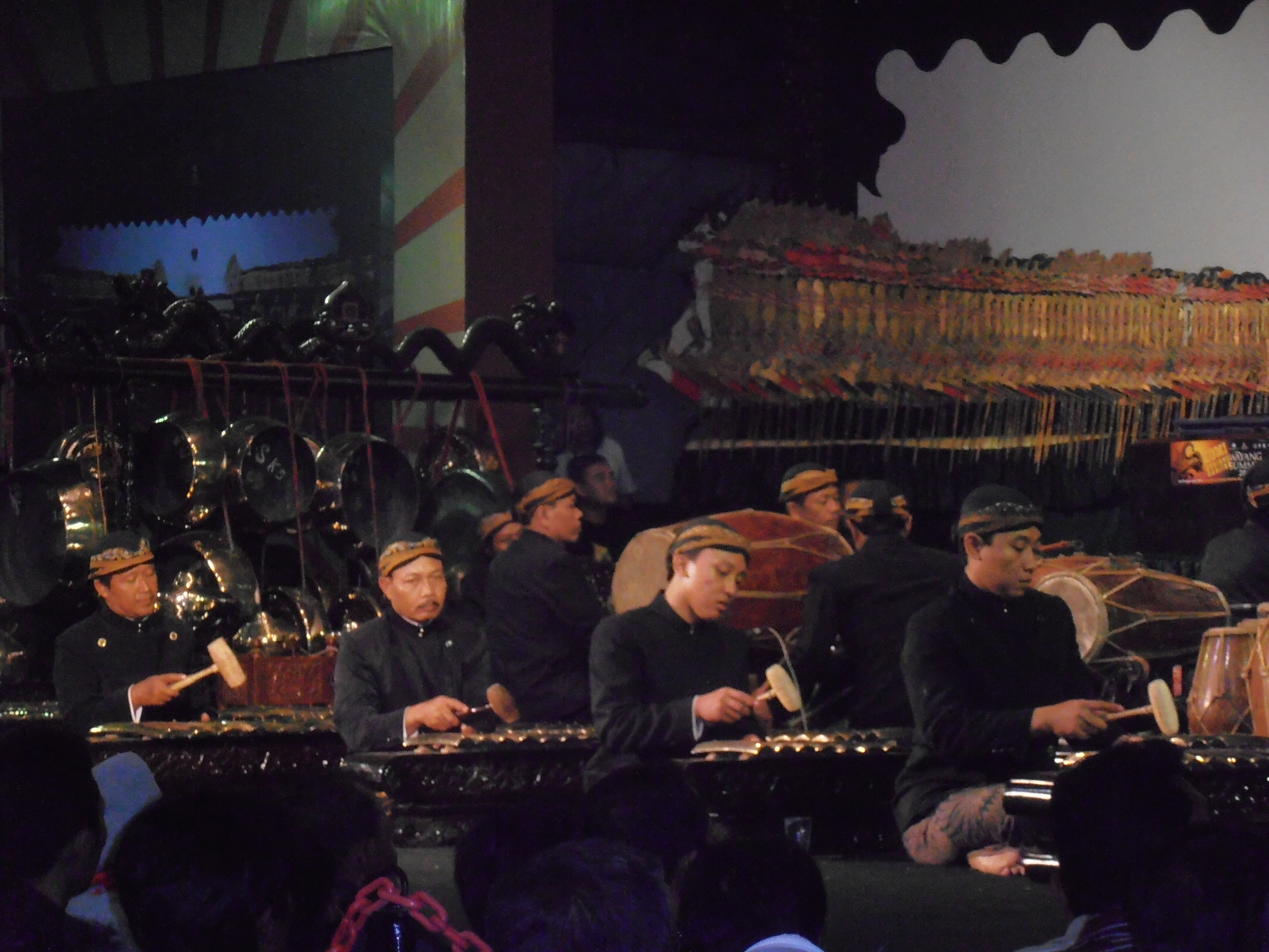 Wayang <em>kulit</em> purwa <em>Jawa</em>. Les musiciens de gamelan jouent des cycles d'histoires du Râmâyana et du Mahâbhârata (Java central, Indonésie).