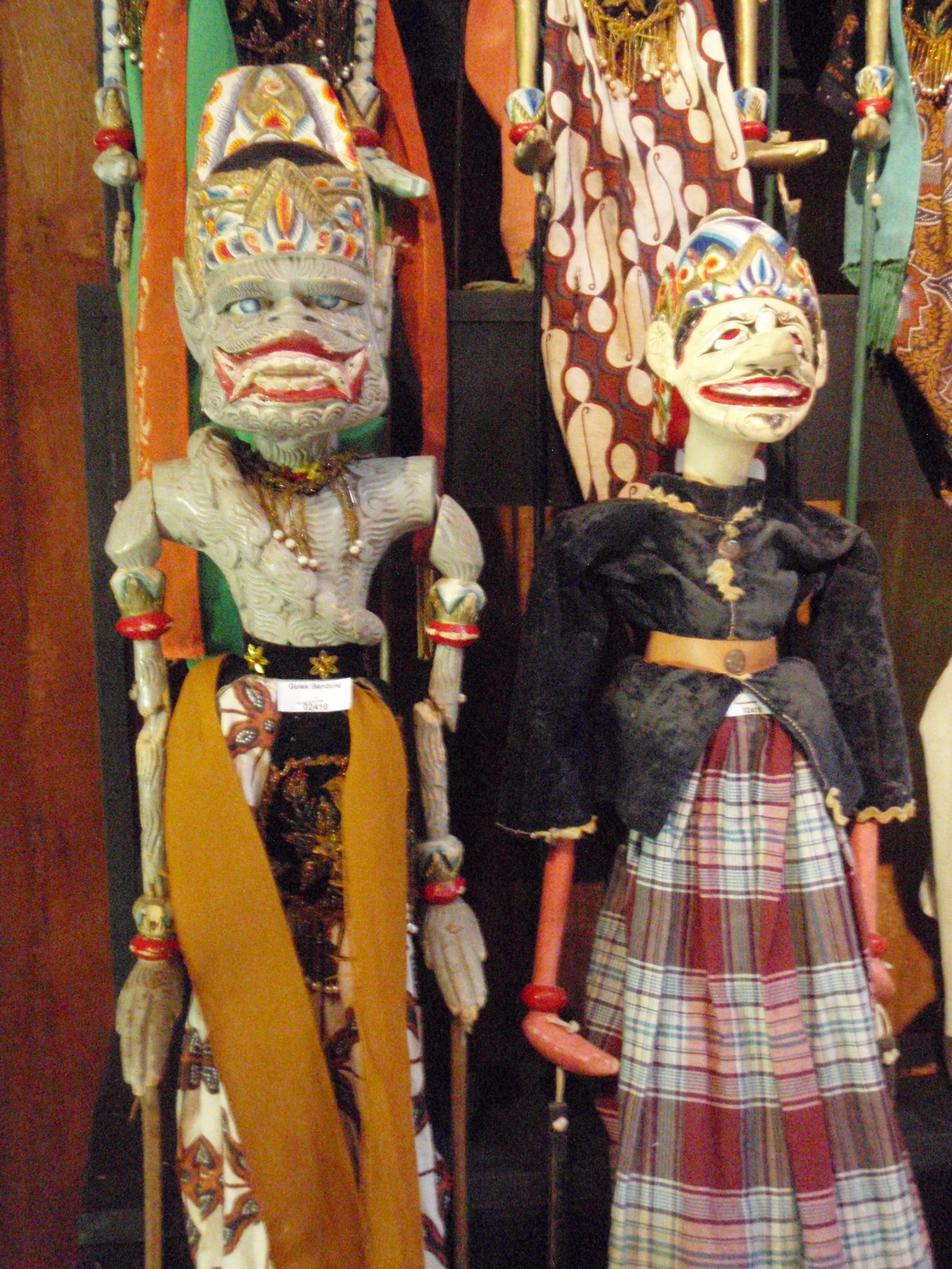 Hanoman (à droite) du Râmâyana, wayang golek purwa Bandung. Marionnettes à tiges.