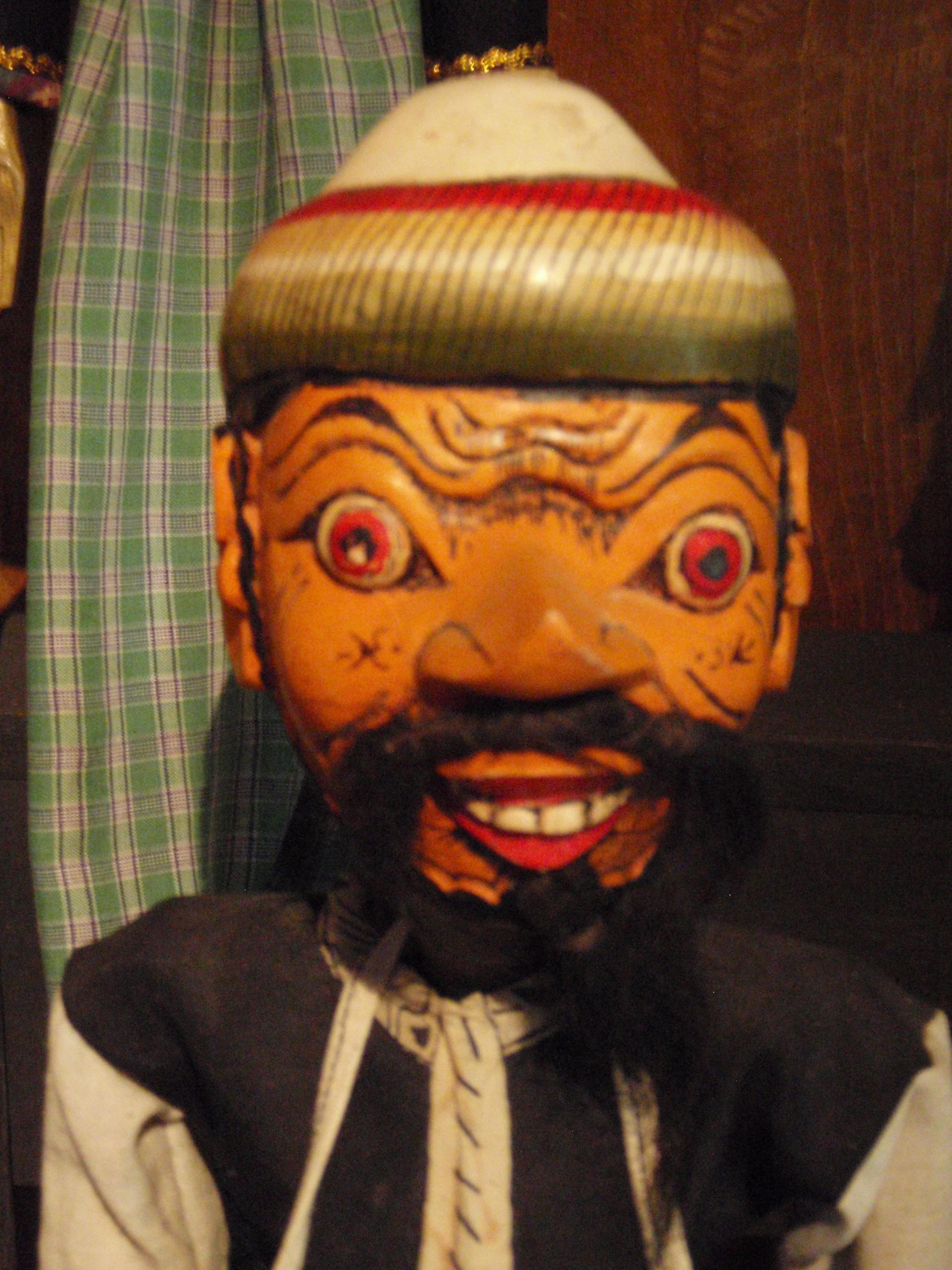 Wayang golek cepak, un cycle d'histoires du XVIe siècle relatant les chroniques de la cité côtière nord de <em>Cirebon</em> et la propagation de l'islam dans Java occidental (<em>Cirebon</em>, nord-ouest de Java, Indonésie). Marionnette à tiges. Collection : Setia Darma House of Masks and Puppets, Gianyar, Bali, Indonésie.