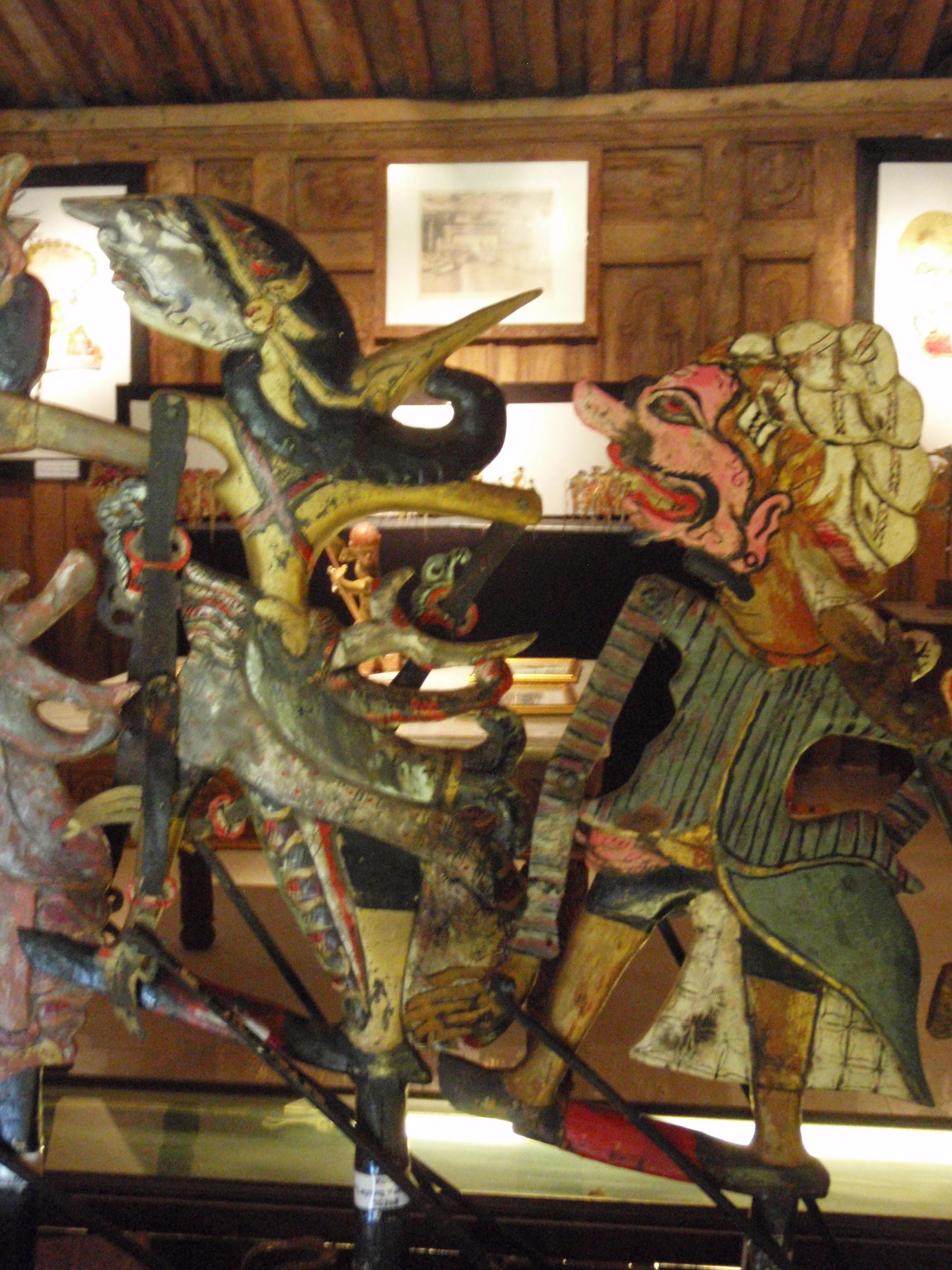 Wayang klitik tatakan (Java oriental), un style de wayang développé au XVIIe siècle présentant des histoires basées sur le roi légendaire javanais, Damarwulan. Marionnettes plates en bois, peintes et sculptées selon la tradition de wayang <em>kulit</em>. Collection : Setia Darma House of Masks and Puppets, Gianyar, Bali, Indonésie.