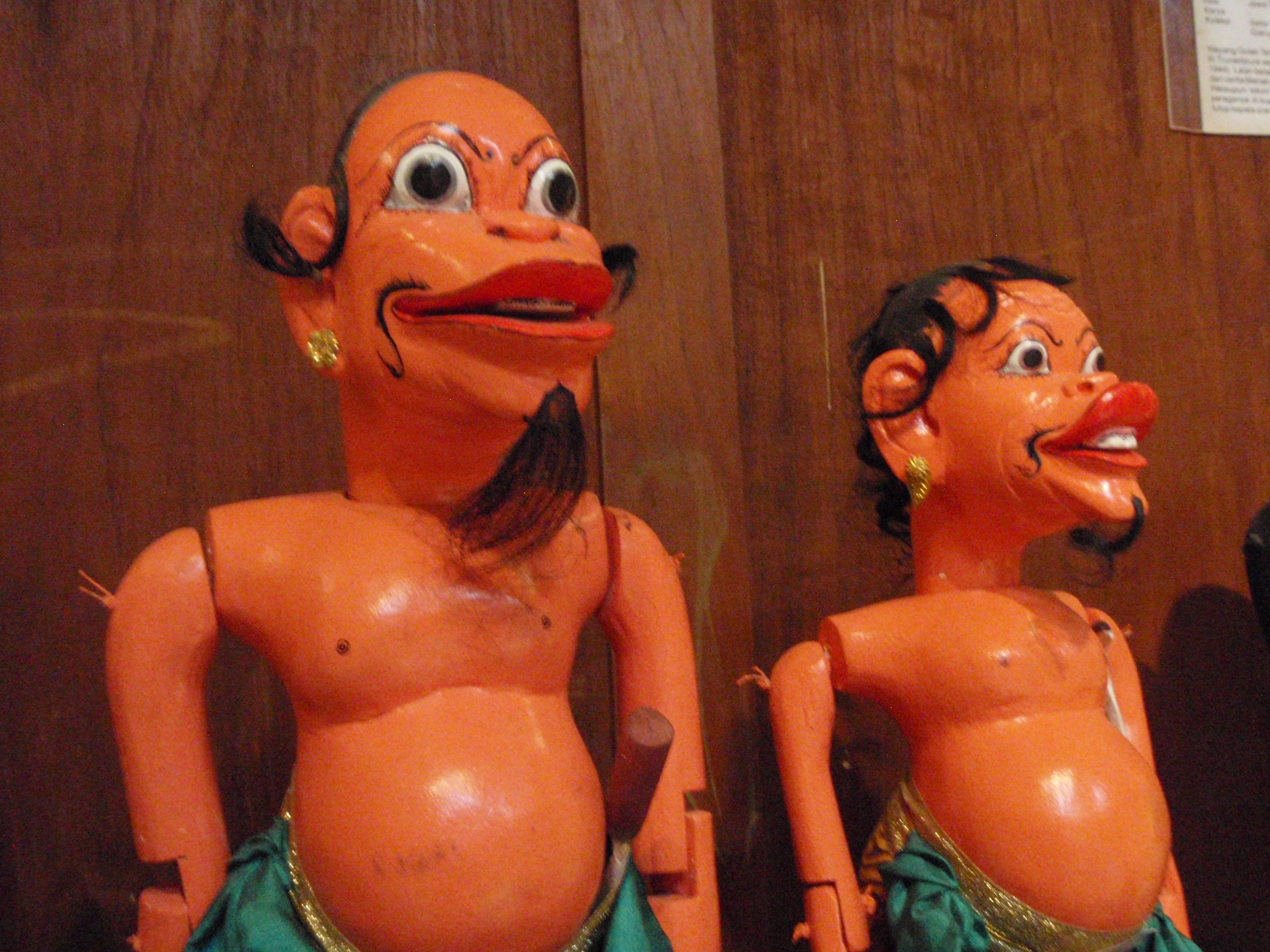 Togog et Bilung (clown-compagnons de la « Gauche »), wayang golek tengul-jatim, des histoires du cycle menak basées sur les légendes arabes d'Amir Hamzah (Java central). Marionnettes à tiges. Collection : Setia Darma House of Masks and Puppets, Gianyar, Bali, Indonésie.