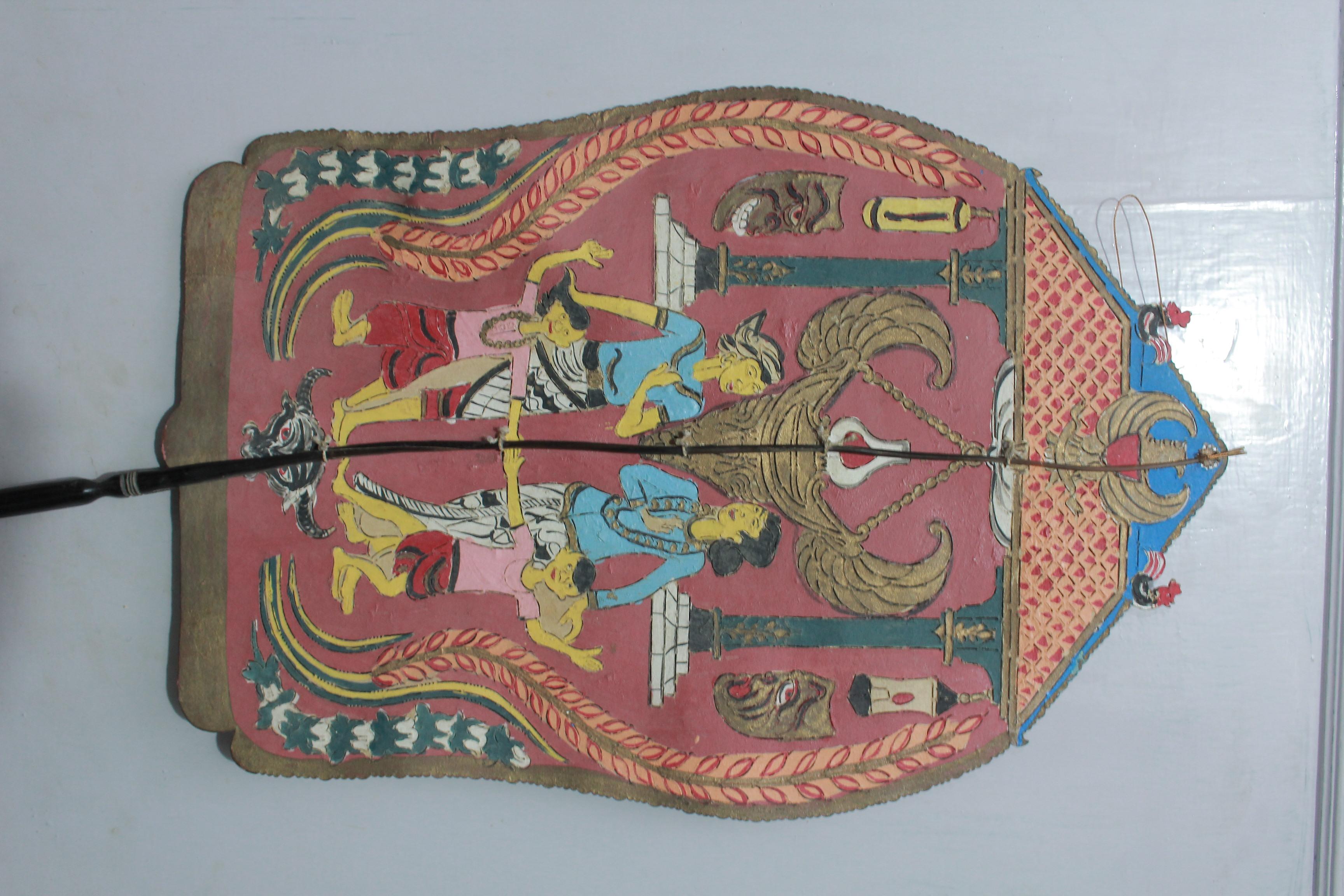 Un <em>kayon</em> pour wayang suluh (également connu sous le nom de wayang perjuangan), histoires créées en 1920 sur la lutte indonésienne pour l'indépendance, représentant la vie quotidienne et les symboles de la nation indonésienne. Collection : Tizar Purbaya.
