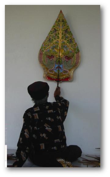 Dalang Ledjar Subroto avec son <em>kayon</em> spécial (« Arbre de la vie ») pour son théâtre d'ombres racontant des fables de souris-chevreuils, wayang kancil (Java central, Indonésie).