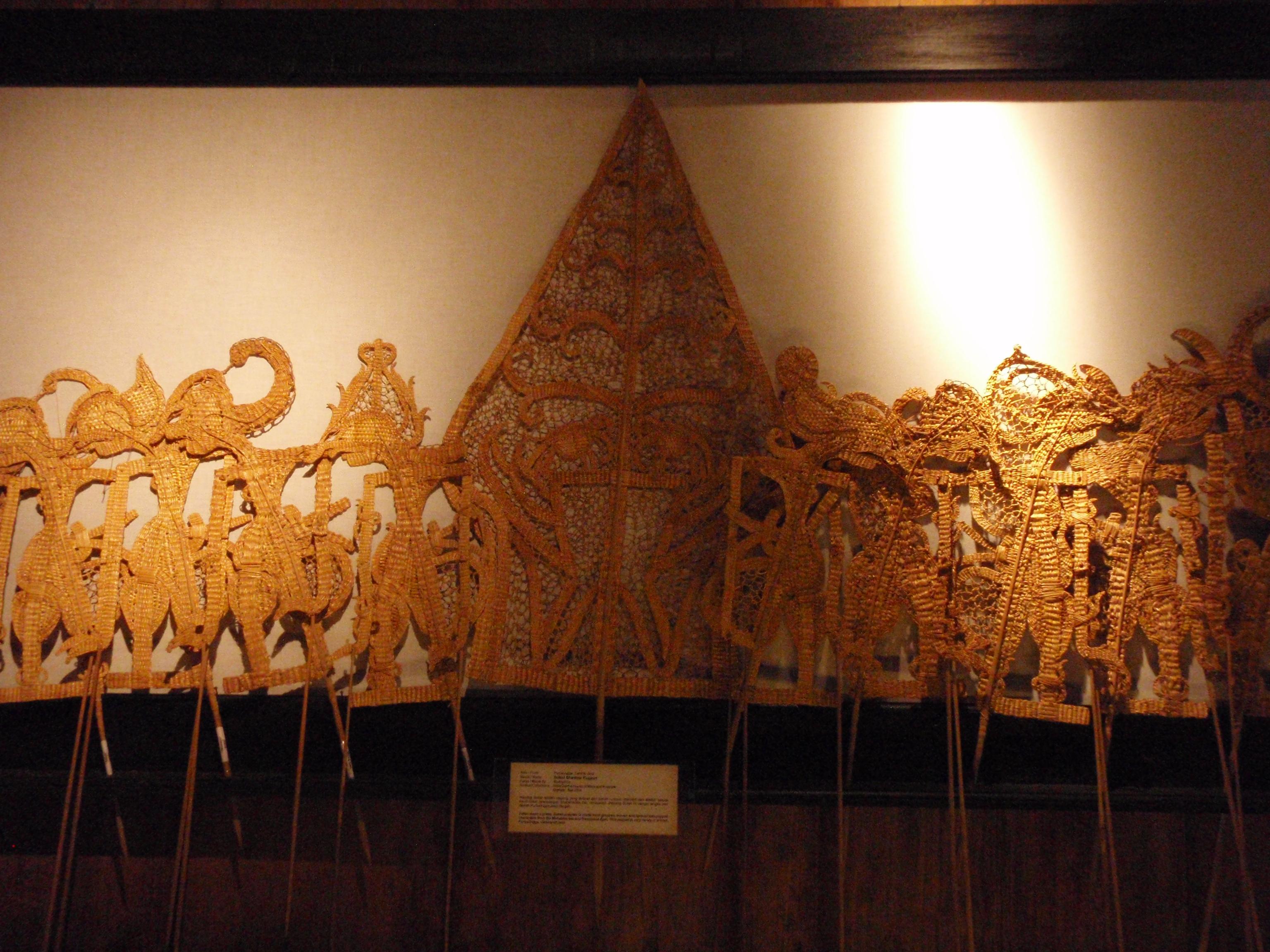 Wayang suket. Marionnettes faites en paille. Collection : Setia Darma House of Masks and Puppets, Gianyar, Bali, Indonésie.