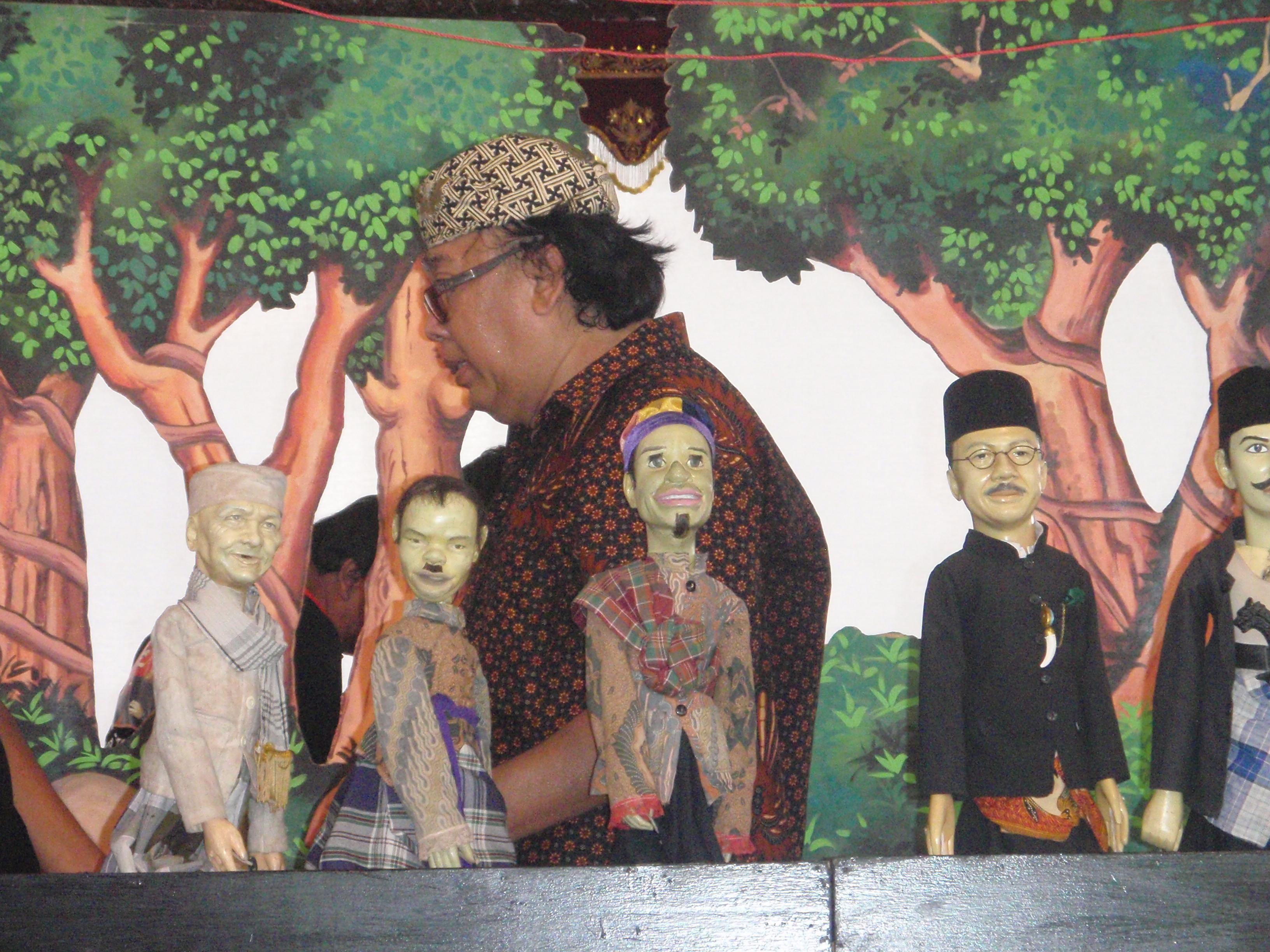Wayang golek lenong Betawi (Jakarta, Indonésie), créé en 2000 par Tizar Purbaya, présente des histoires établies pendant la période coloniale néerlandaise avec un stock de personnages basés sur des personnages historiques, des héros et des héroïnes locaux de la lutte pour l'indépendance contre les colonisateurs néerlandais. Marionnettes à tiges.