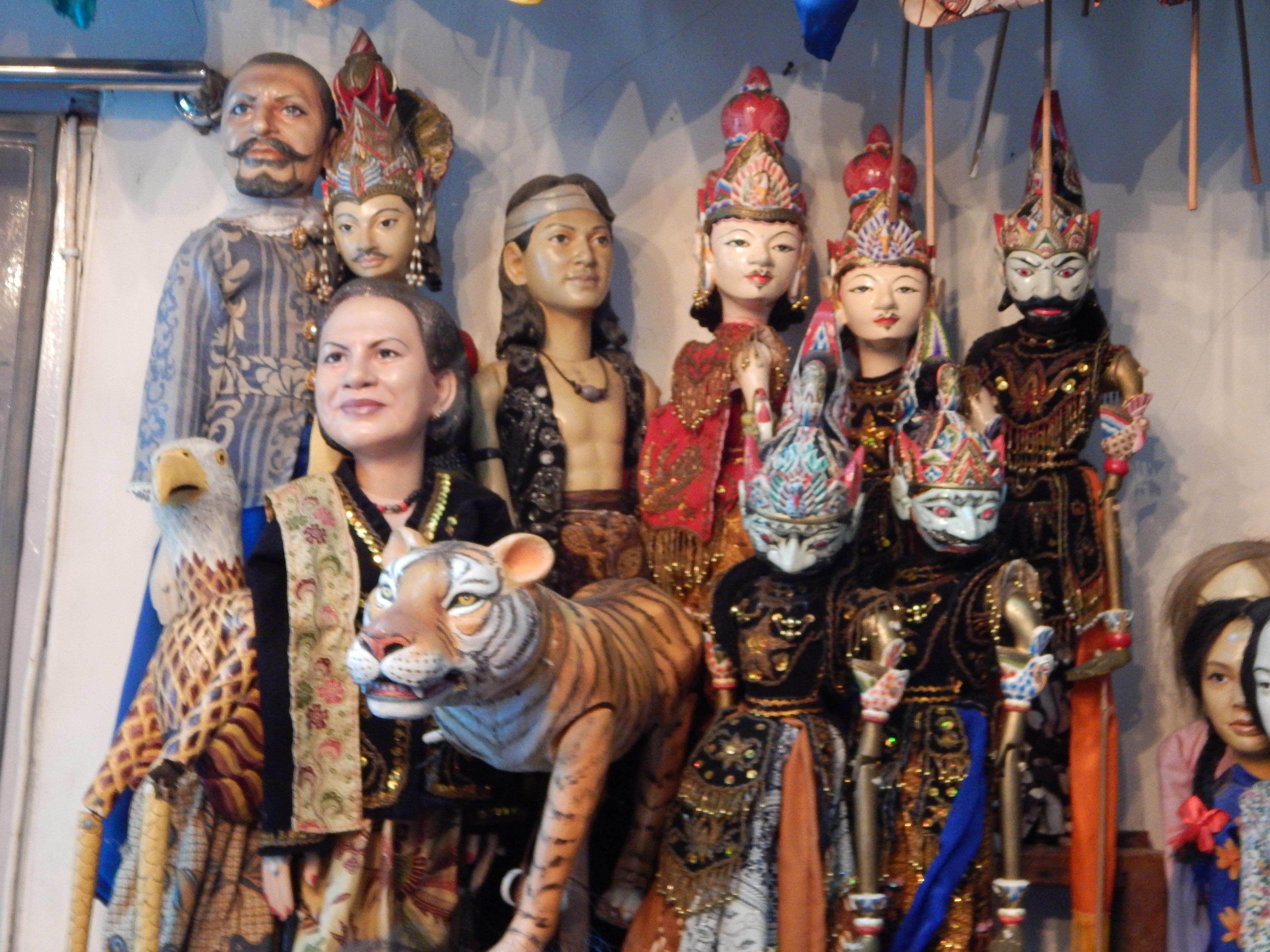 Collection de marionnettes à tiges : wayang golek purwa (à droite) et wayang golek lenong Betawi conçu par Tizar Purbaya (à gauche).