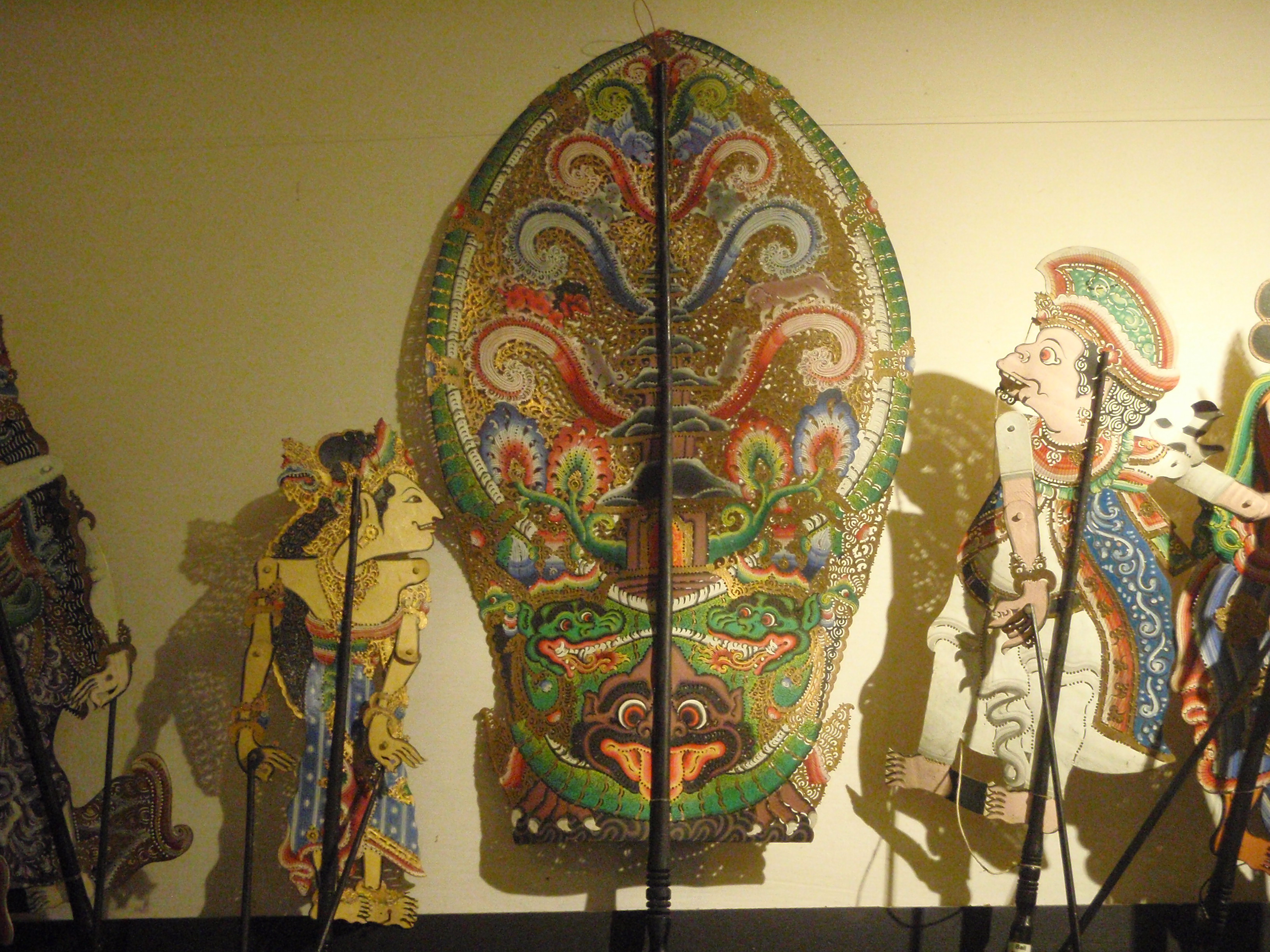 <em>Wayang arja</em> (Bali), créé en 1975 par le <em>dalang</em> I Made Sidja (Bone, Gianyar), présente des histoires basées sur les chroniques des rois javanais-balinais, en se concentrant sur le drame romantique entre <em>Raden</em> Panji et Candra <em>Ki</em>rana. Créateur du wayang : I Wayan Nartha (Gianyar, Bali). Théâtre d'ombres.Collection : Setia Darma House of Masks and Puppets, Gianyar, Bali, Indonésie.