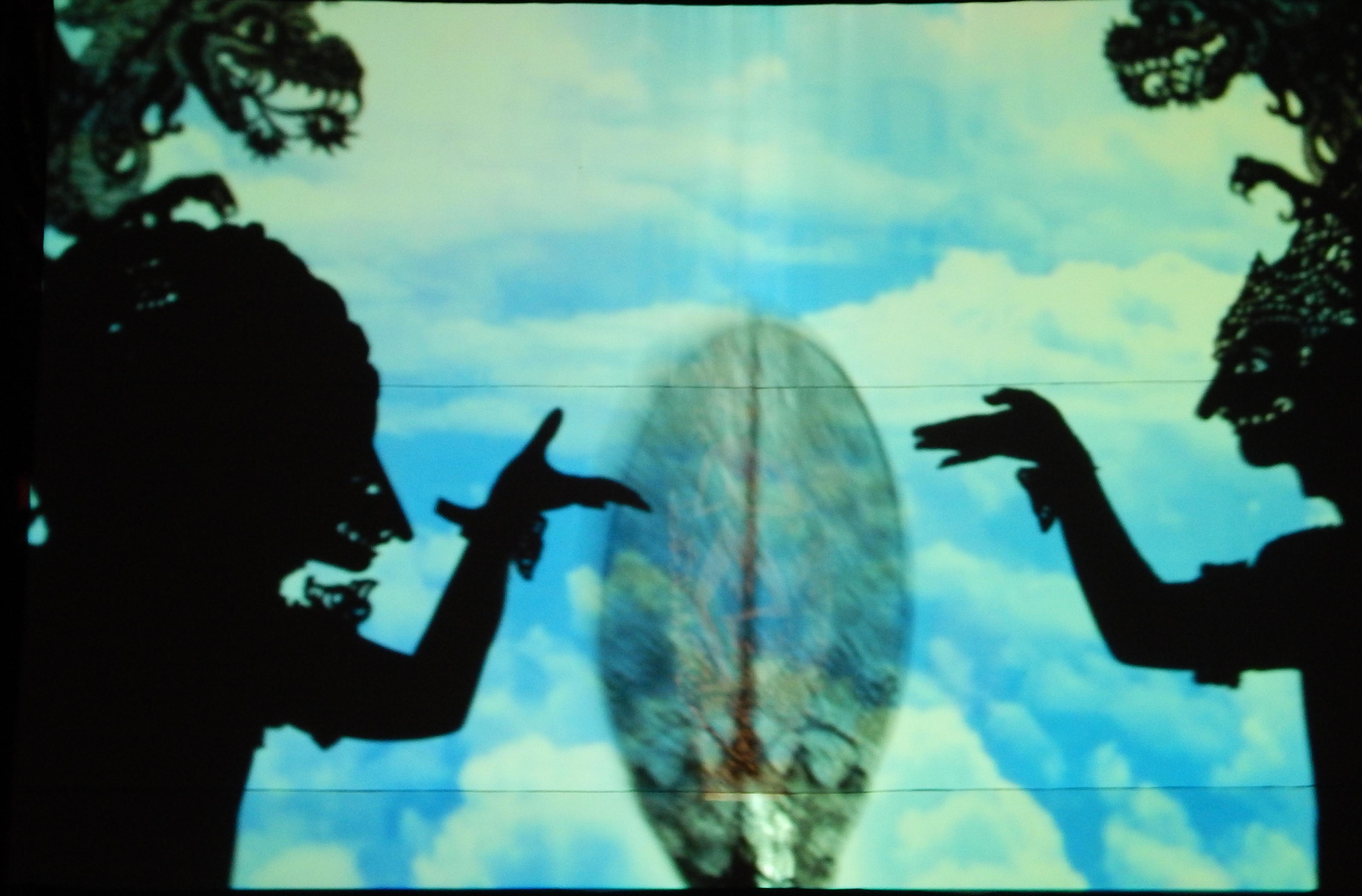 Une spectacle de wayang listrik par I Made Made Sidia et sa compagnie (vers 2014, Bali, Indonésie). Wayang listrik, un genre de théâtre moderne balinais basé sur le théâtre d'ombres traditionnel (wayang <em>kulit</em>) avec danse et musique qui l'accompagnent, tous transférés sur un grand écran. Les marionnettes en cuir traditionnelles, les masques, les ombres-acteurs, les danseurs, les projections et la musique de gamelan.