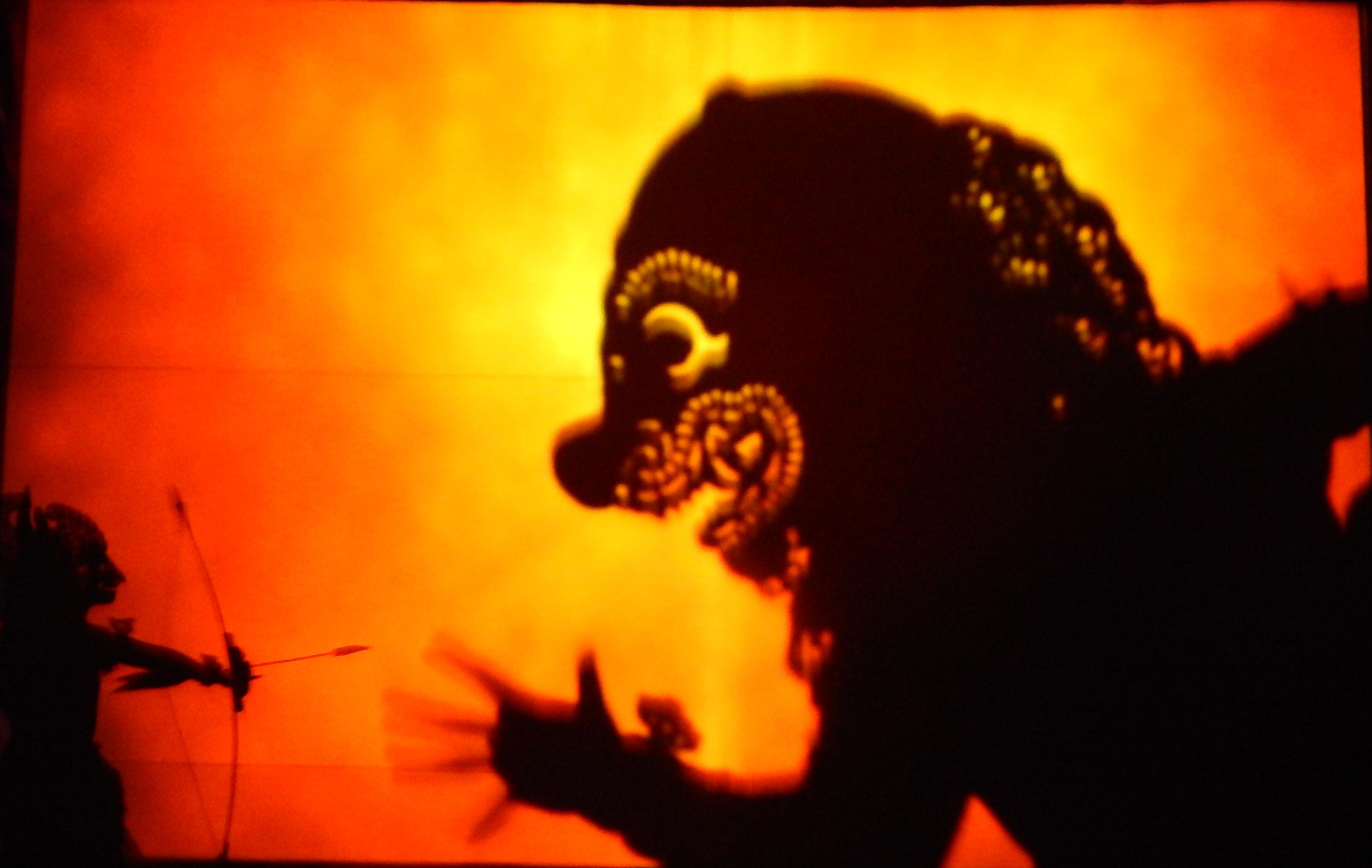 Un spectacle de wayang listrik par I Made Made Sidia et sa compagnie (2014, Bali, Indonésie). Wayang listrik, un genre de théâtre moderne balinais basé sur le théâtre d'ombres traditionnelle (wayang <em>kulit</em>) avec danse et musique qui l'accompagnent, tous transférés sur un grand écran. Les marionnettes en cuir traditionnelles, les masques, les ombres-acteurs, les danseurs, les projections et la musique de gamelan.