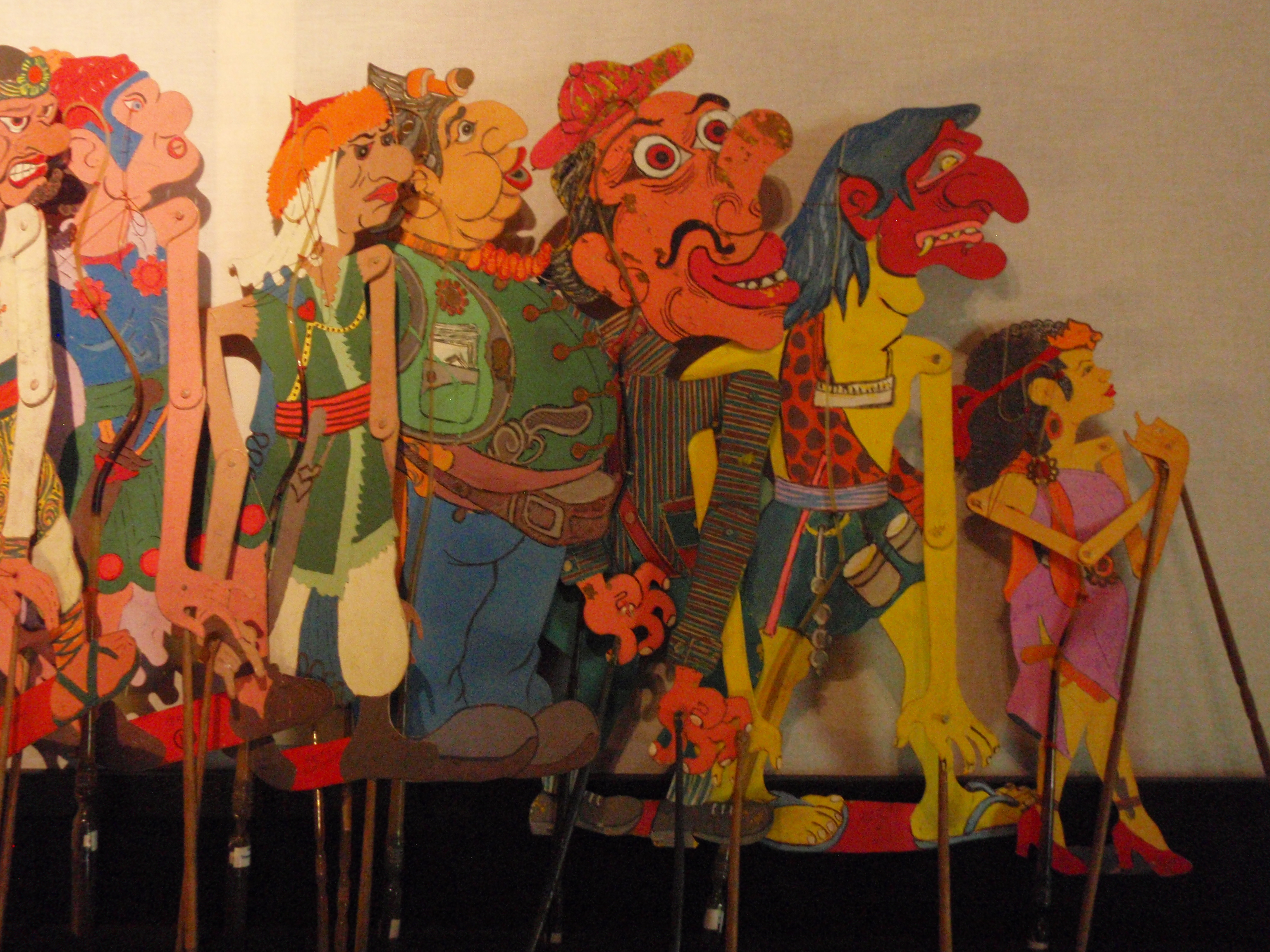 <em>Wayang kartun</em> (bande dessinée), des marionnettes d'ombres en cuir représentant des personnages de bandes dessinées ou de personnages fantastiques d'histoires populaires modernes. Collection : Setia Darma House of Masks and Puppets, Gianyar, Bali, Indonésie.