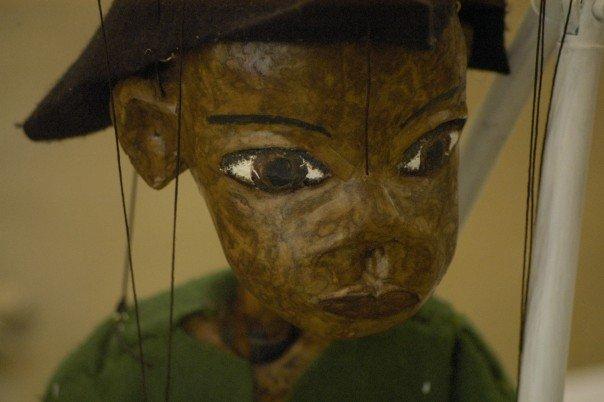 James, dans <em>Foreign Object</em> par Beyond the Bark Puppet and Installation Theatre (Limerick, Irlande), conception et construction de marionnettes : Emma Fisher