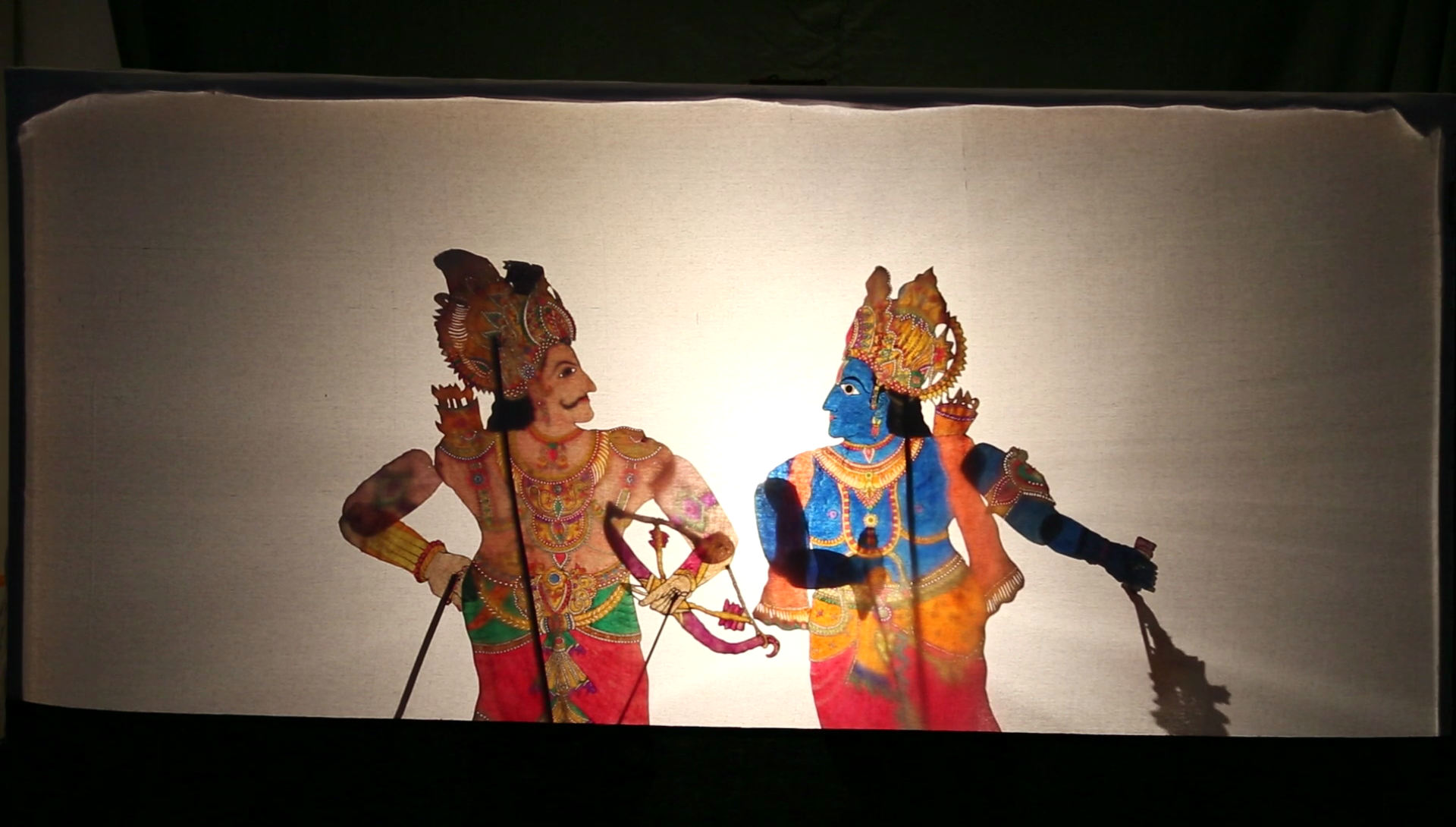 Krishna et Arjuna, dans une scène du Mahâbhârata, créée par Gunduraju (Hassan, Karnataka, Inde), un maître de théâtre d'ombres, togalu gombeya</em>ta</em>