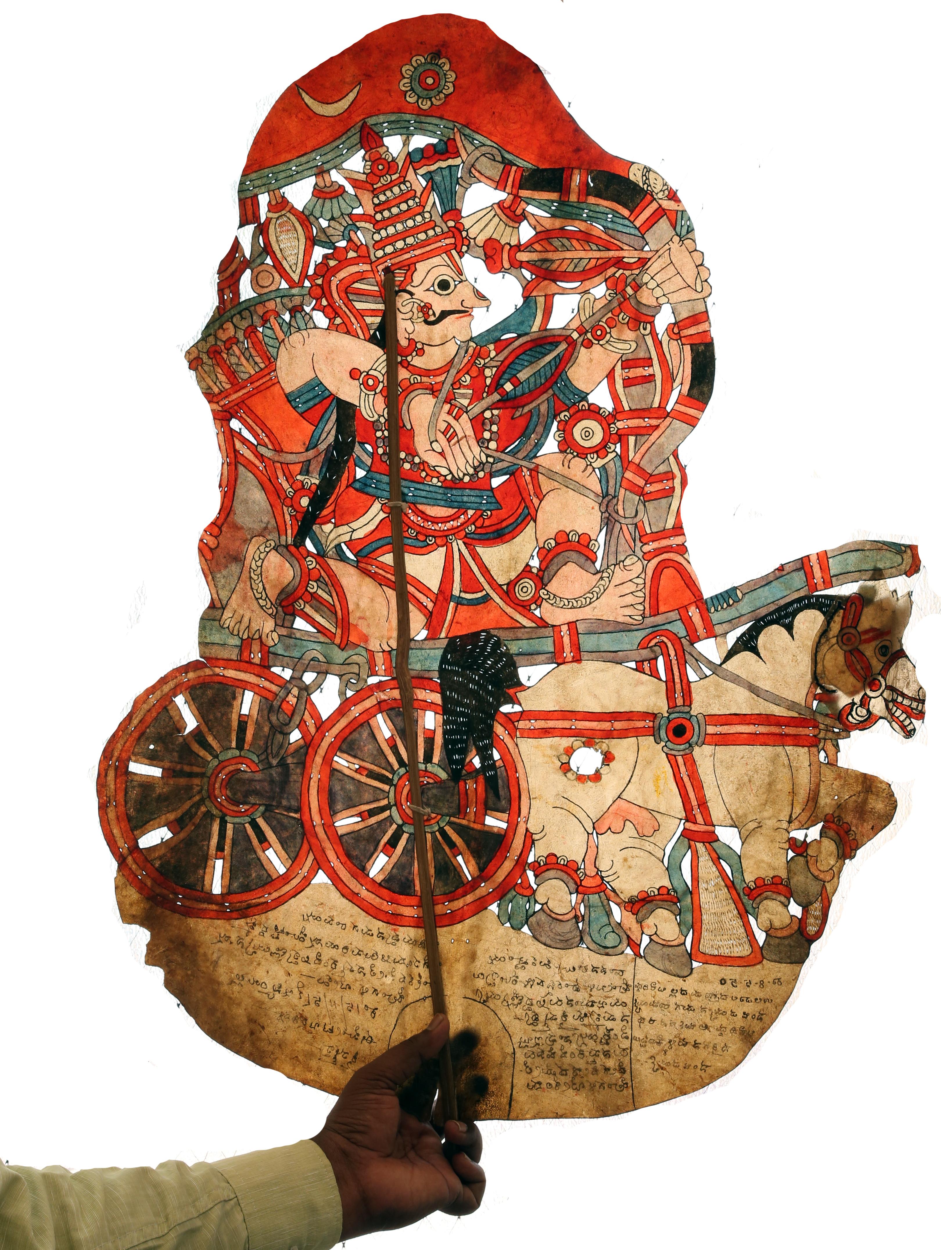 Arjuna dans son chariot, figure d'ombre créée par le marionnettiste, Gunduraju (Hassan, Karnataka). Togalu gombeyata, théâtre d'ombres de Karnataka, Inde