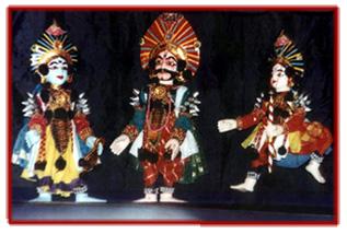Une scène du Mahâbhârata réalisée dans la tradition de marionnettes à fils, <em>yakshagana gombeyata</em>, de Karnataka, en Inde