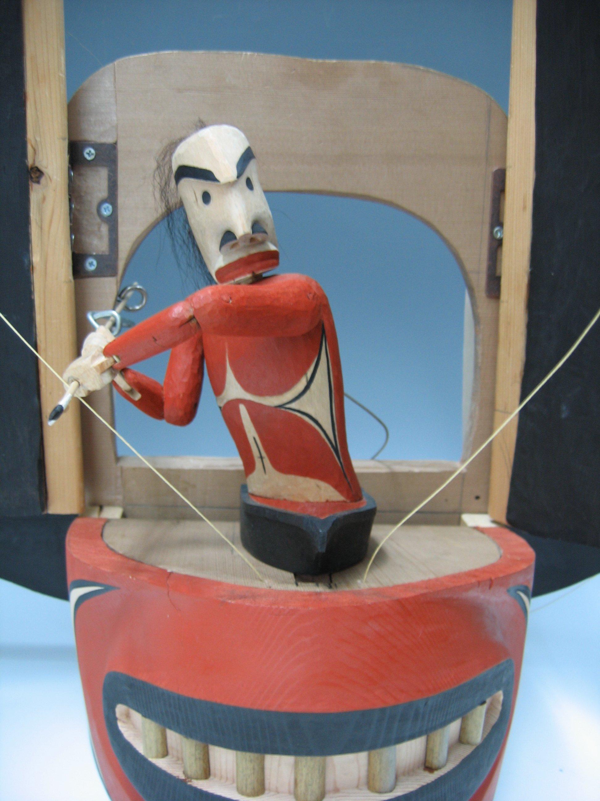 Détail d'une marionnette de métamorphose par George David, un membre des Nuu-chah-nulth / Nuučaan̓uł (la Côte Nord-Ouest du Pacifique au Canada)