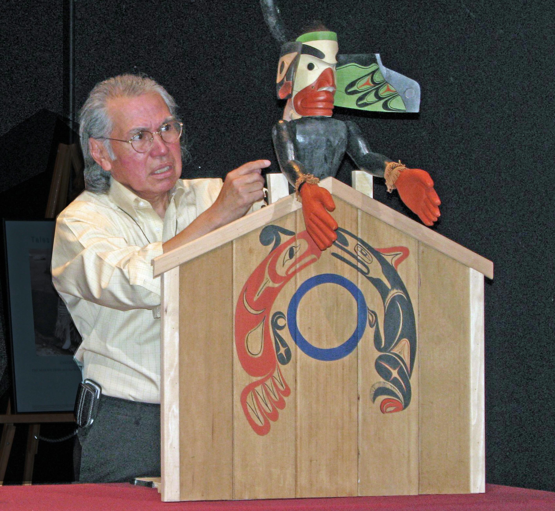 Marionnette de métamorphose de la Côte Nord-Ouest du Pacifique avec le créateur George David, un membre des Nuu-chah-nulth / Nuučaan̓uł au Canada