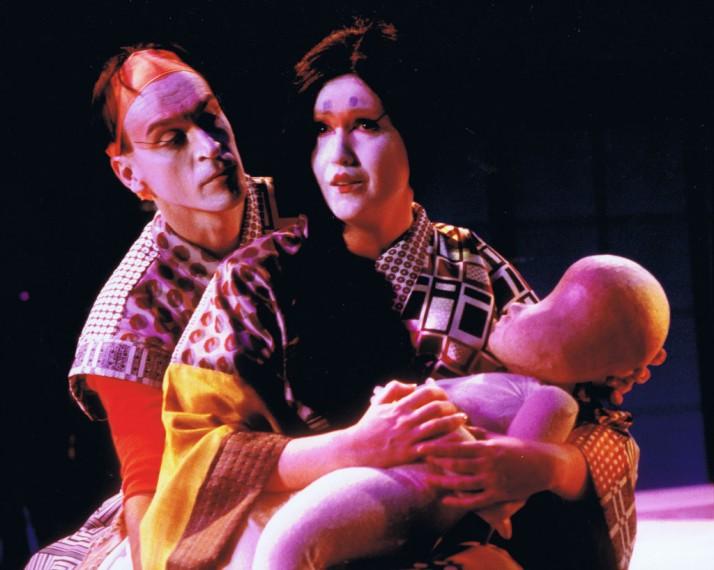 Cho Cho</em> San</em> (1988) par Playbox Theatre Company (Melbourne, Victoria, Australie), marionnettiste : Peter J. Wilson. Marionnettes et acteurs