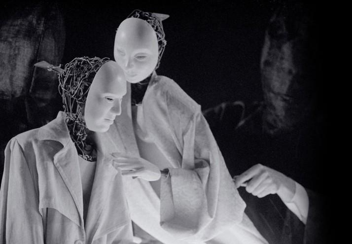 Loves Suicide (1997), une coproduction de Skylark Puppet Theatre (Canberra, ACT, Australie) et Playbox Theatre Company (Melbourne), une histoire d'amour moderne, écrite par John Romeril, inspirée des histoires d'amour suicide du dramaturge japonais Chikamatsu Monzaemon