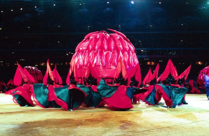 Cérémonie d'ouverture des Jeux Olympiques d'été 2000 (Sydney, Australie), un waratah géant, segment « Nature », metteur en scène : Peter J. Wilson