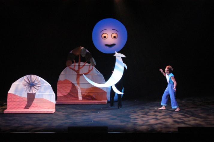 Moon Play (2003) par la Compagnie de Théâtre Urinko (Nagoya, Japon), mise en scène : Peter J. Wilson