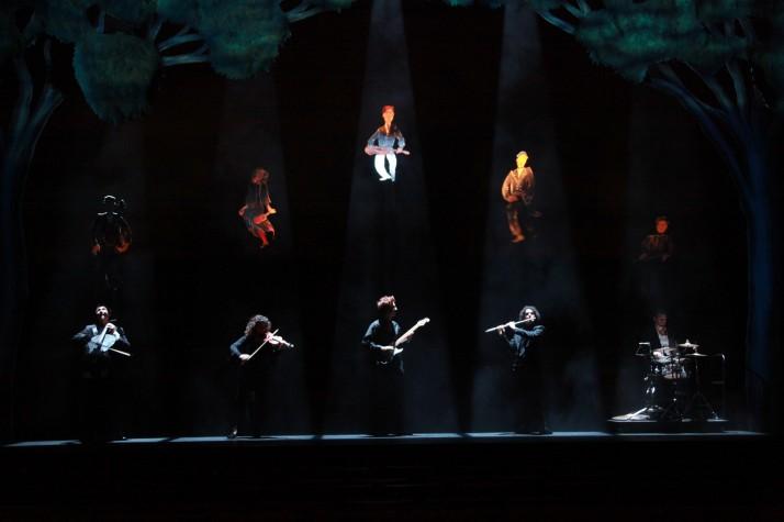 The Flying <em>Or</em>chestra (2012, Queensland Performing Arts Centre, Out of the Box Festival) suit le parcours d'un orchestre magique à travers les principaux jalons de la vie, mise en scène : Peter J. Wilson. Théâtre visuel