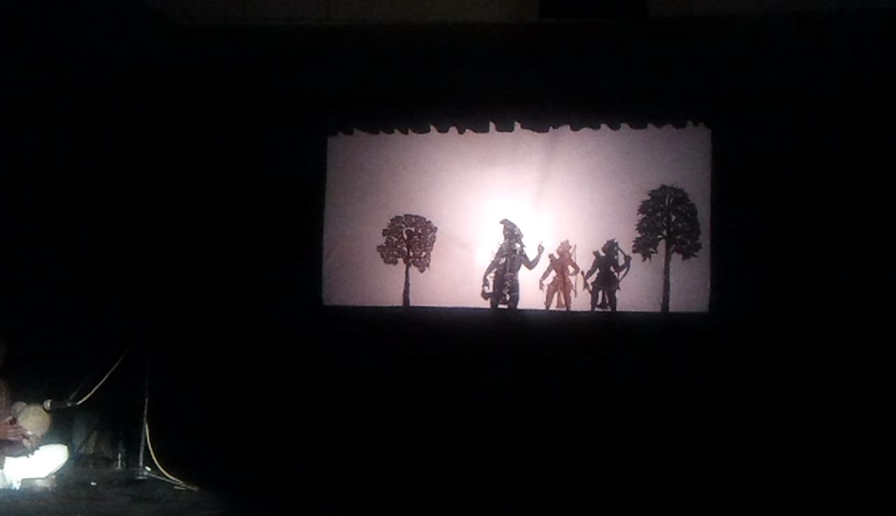 Une scène du Râmâyana avec Râma et Lakshmana réalisée dans le style du théâtre d'ombres, ravanachhaya, d'<em>Or</em>issa (Odisha), en Inde