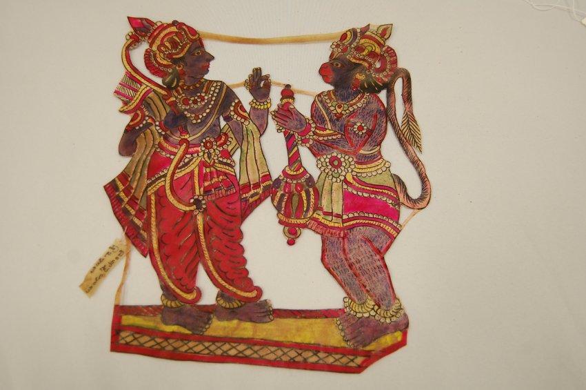 Râma et <em>Hanuman</em>, une petite figure d'ombre composite d'Andhra Pradesh, Inde, tolu bommalata, hauteur : 35 cm. Collection : Center for Puppetry Arts (Atlanta, Géorgie, États-Unis)