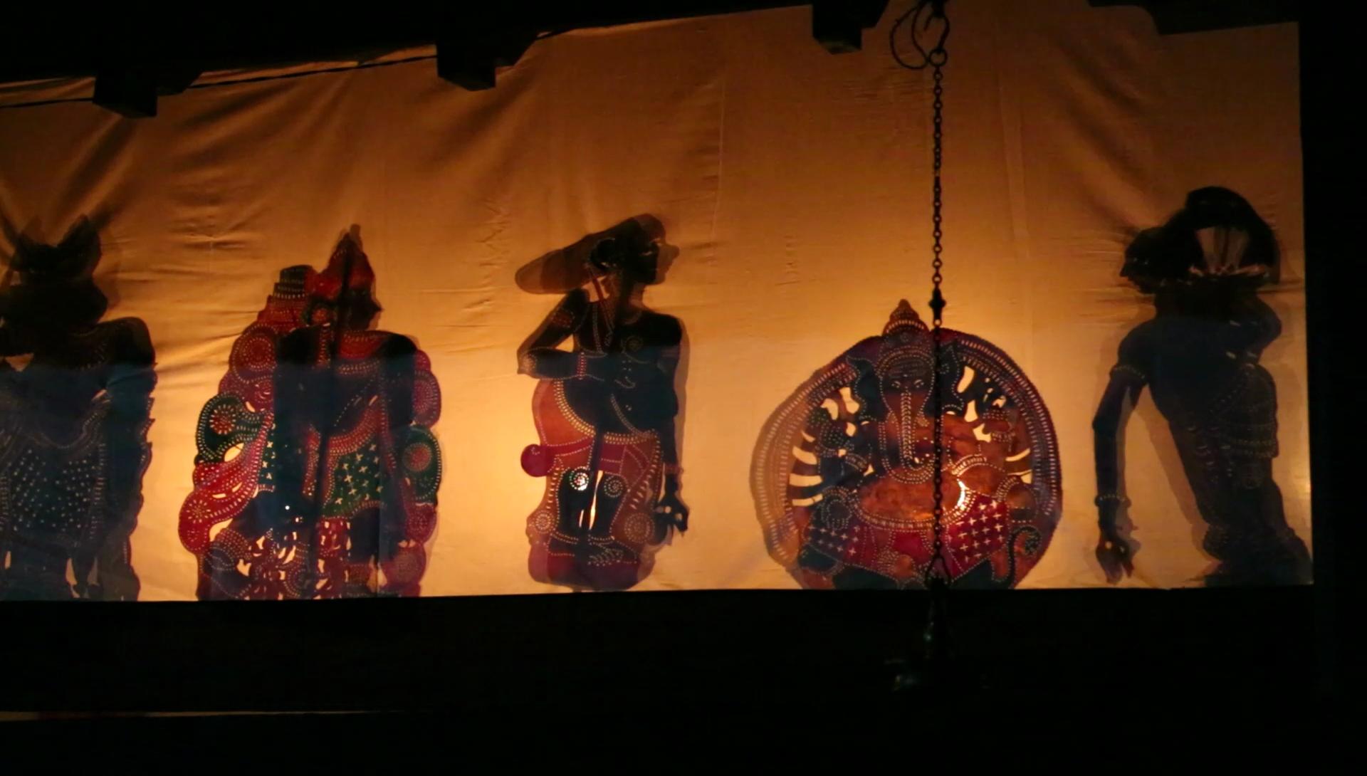 L'invocation à Ganesh au début d'un spectacle de <em>tolpava koothu</em>, théâtre d'ombres traditionnel du Kerala, en Inde