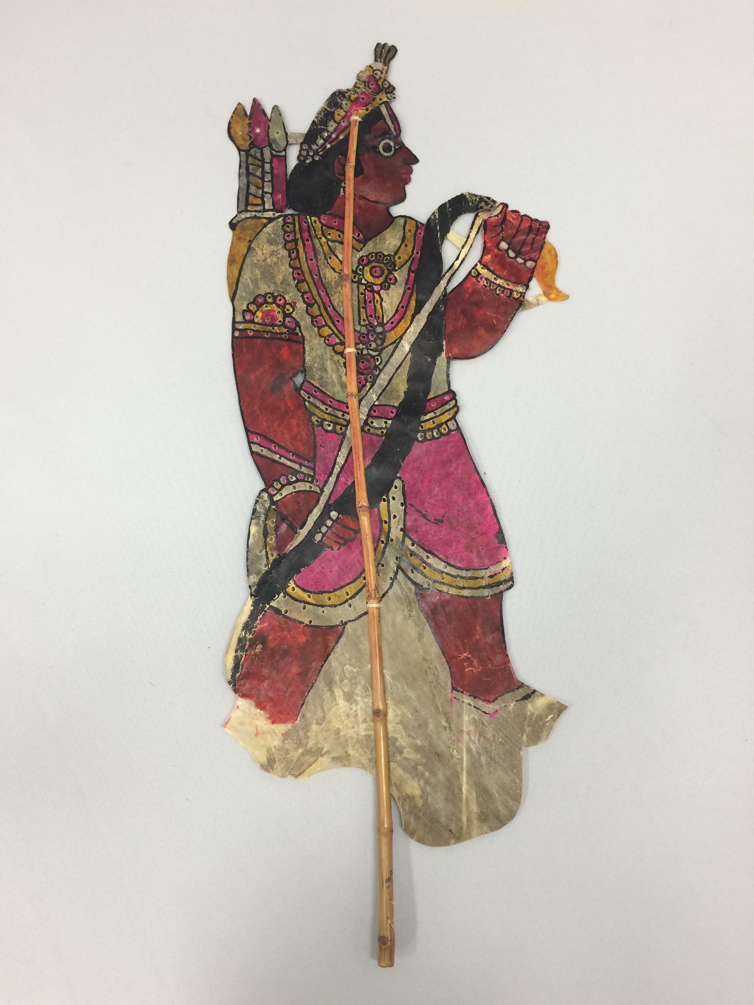 Lakshmana, du Râmâyana, une marionnette d'ombre traditionnel, togalu gombeya</em>ta</em>, de Karnataka, en Inde, hauteur : 64 cm. Collection: Center for Puppetry Arts (Georgia, Atlanta, United States), donated by Melvyn Helstien (1991)