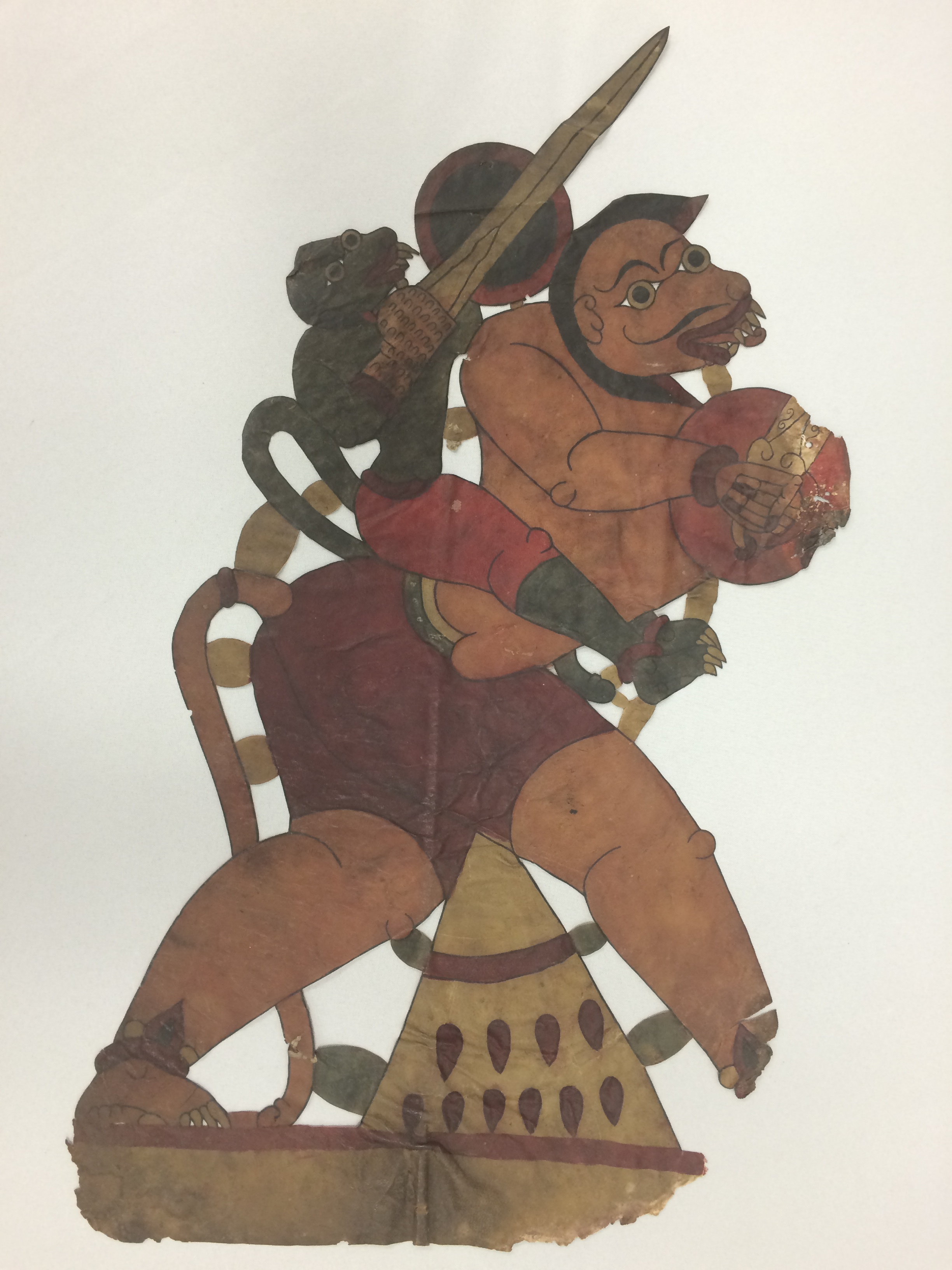 <em>Hanuman</em>, du Râmâyana, réalisé dans le style de togalu gombeya</em>ta</em>, théâtre d'ombres traditionnel de Karnataka, en Inde, hauteur : 60 cm. Collection : Center for Puppetry Arts (Georgia, Atlanta, États-Unis), donnée par Melvyn Helstien (1991)