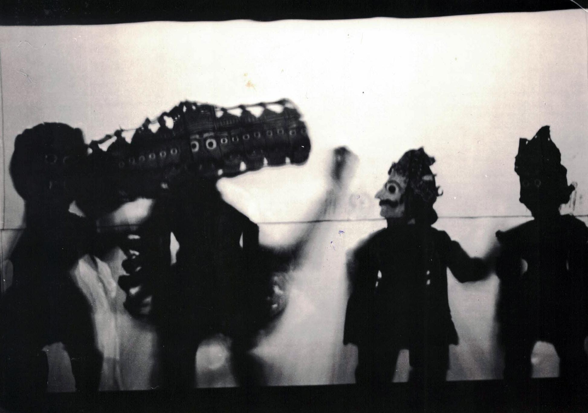 Râvana à dix têtes, l'antagoniste du Râmâyana, avec d'autres personnages d'ombres, réalisée dans le style de tolu bommalata d'Andhra Pradesh, en Inde