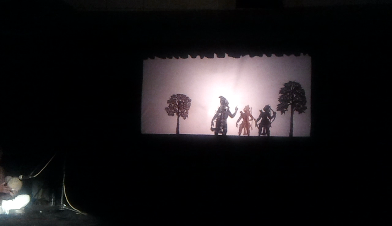 Une scène du Râmâyana avec Râma et Lakshmana réalisée dans le style du théâtre d'ombres, ravanachhaya, d'<em>Or</em>issa (Odisha) en Inde