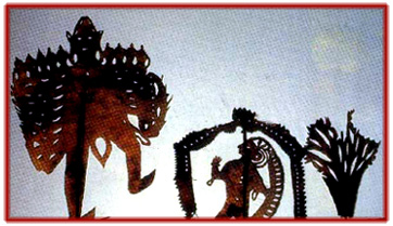 Râvana, le roi démon de Lanka, et Sîtâ dans le Jardin Ashoka, théâtre d'ombres, ravanachhaya, d'<em>Or</em>issa (Odisha), en Inde