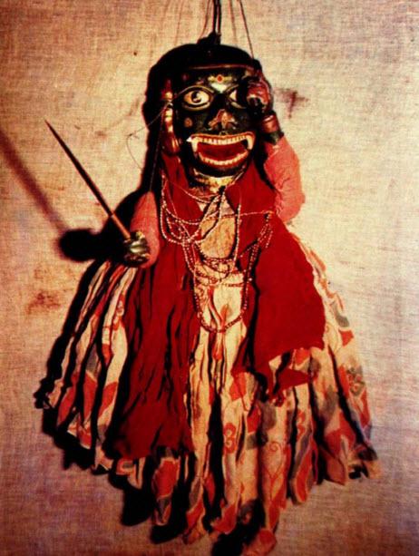 Rakshasa ou marionnette démoniste réalisée dans le style de <em>kalasutri bahulya</em>, marionnettes à fils traditionnelles de <em>Maharashtra</em>, en Inde