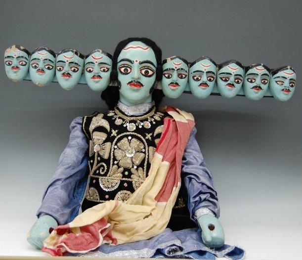 Râvana, du Râmâyana, une marionnette à tiges, danger putul nach, du Bengale occidental, en Inde, hauteur : 1,02 m, largeur : 51 cm. Collection : Center for Puppetry Arts (Georgia, Atlanta, États-Unis)