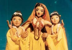 Sîtâ et ses compagnes féminines, dans la Râmâyana, une production contemporaine de marionnettes à tiges par le Calcutta Puppet Theatre (Kolkata, Bengale occidental, Inde), mise en scène : Suresh Dutta