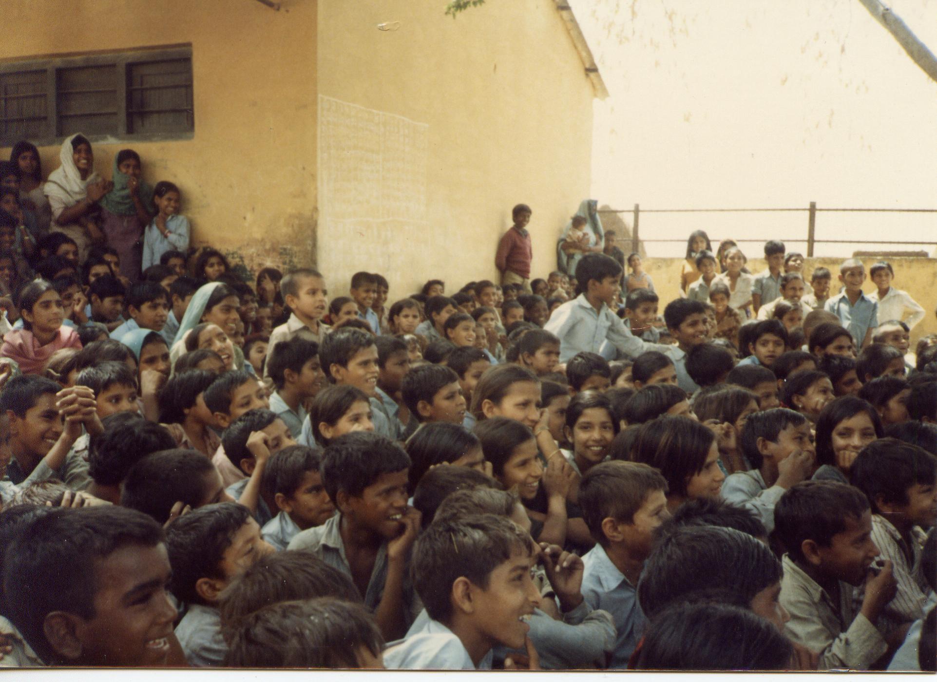 Un public de village d'un spectacle de Jan Madhyam au début des années 1980