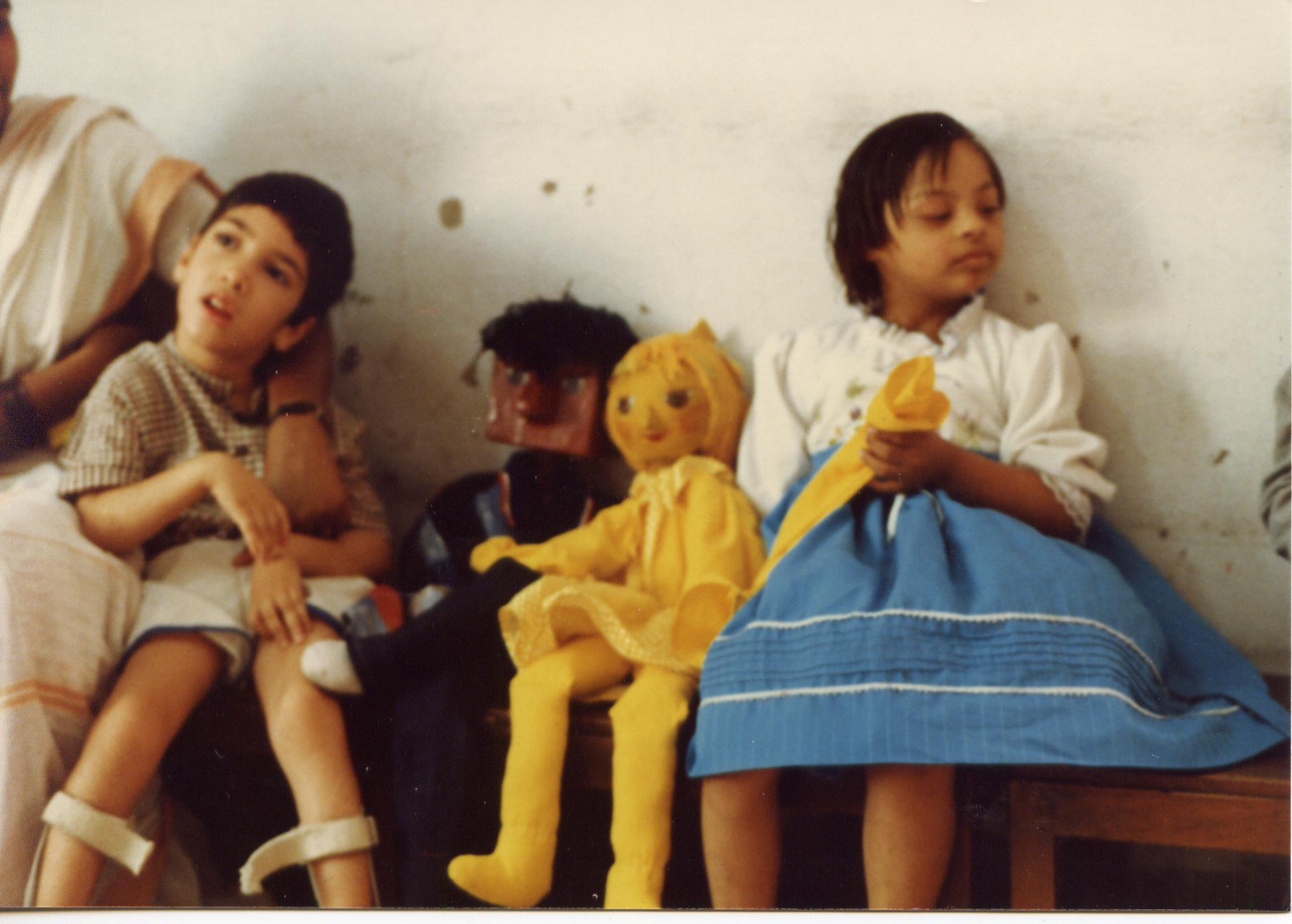 Des enfants dans une garderie pour enfants handicapés (New Delhi, Inde) avec Chowkoo et Pili, deux marionnettes à tiges