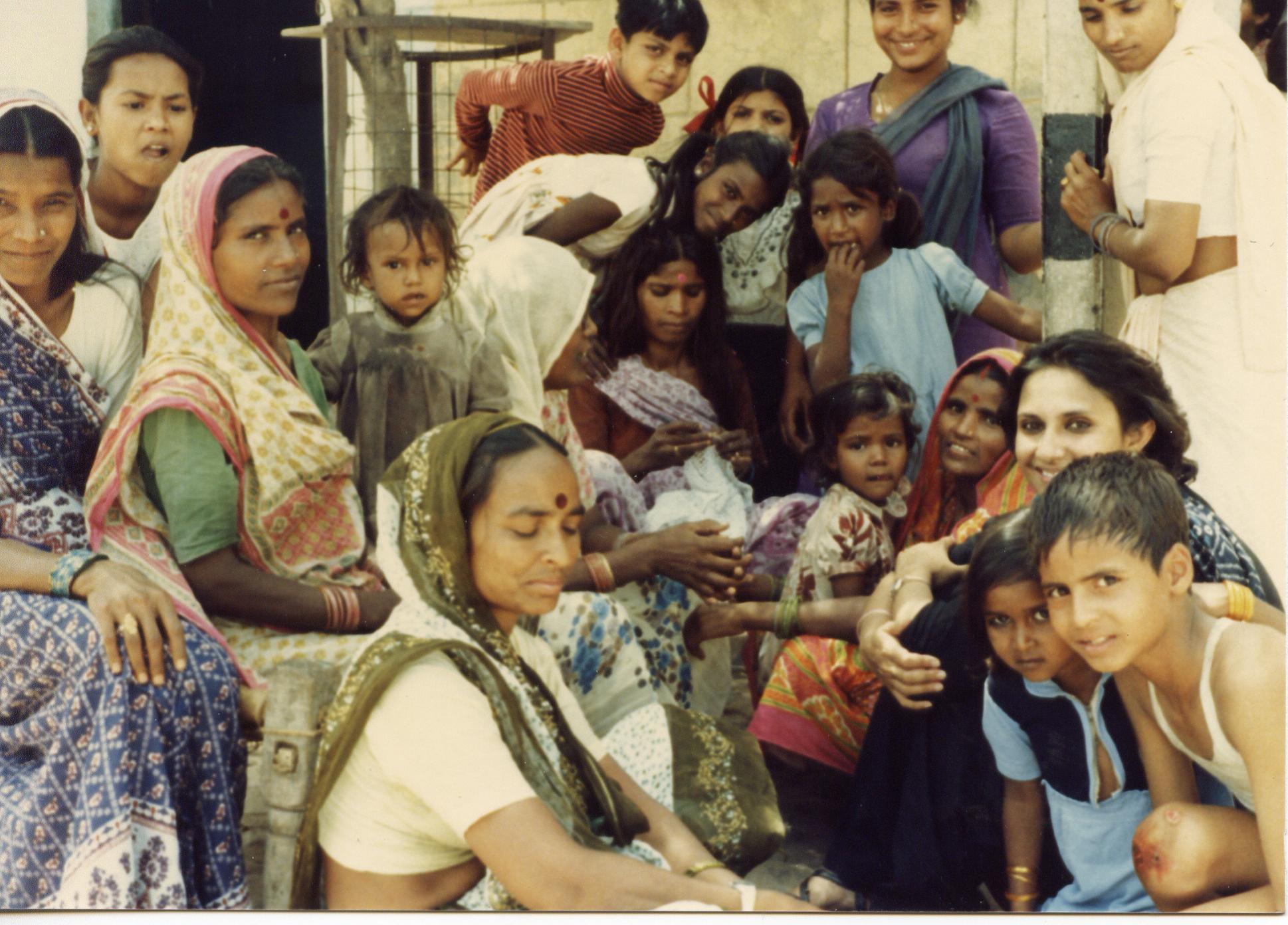 Ranjana Pandey avec le public d'un village assistant à la série de spectacles, « La violence contre les femmes », par Jan Madhyam
