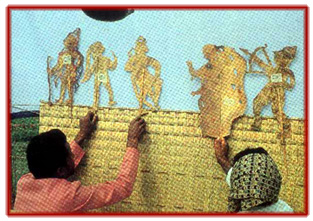 Les marionnettistes de ravanachhaya jouent derrière l'écran une scène du Râmâyana