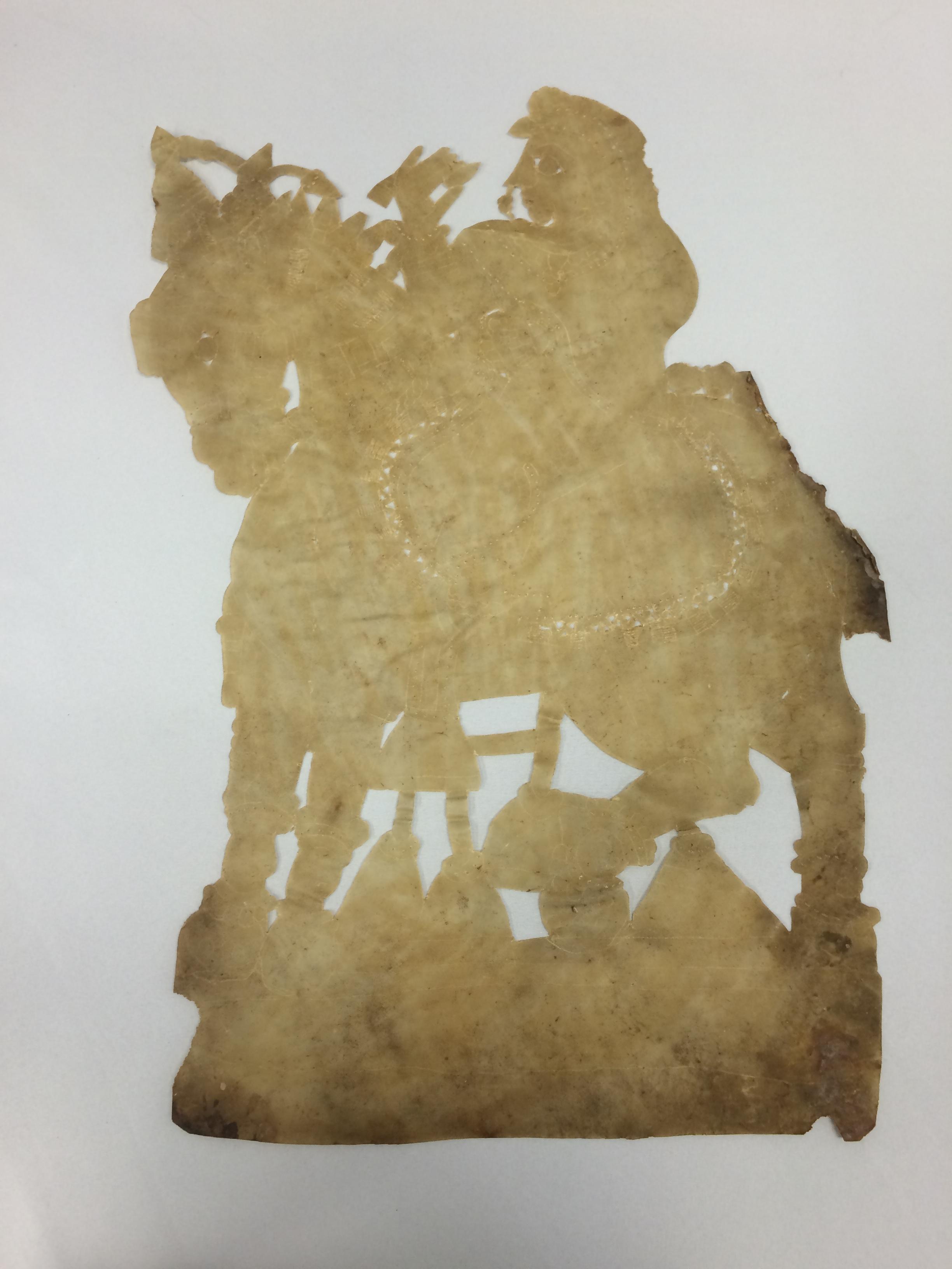 Sîtâ à cheval, une figure d'ombre d'<em>Or</em>issa (Odisha) en Inde, ravanachhaya, hauteur : 60 cm. Collection : Center for Puppetry Arts (Atlanta, Géorgie, États-Unis)