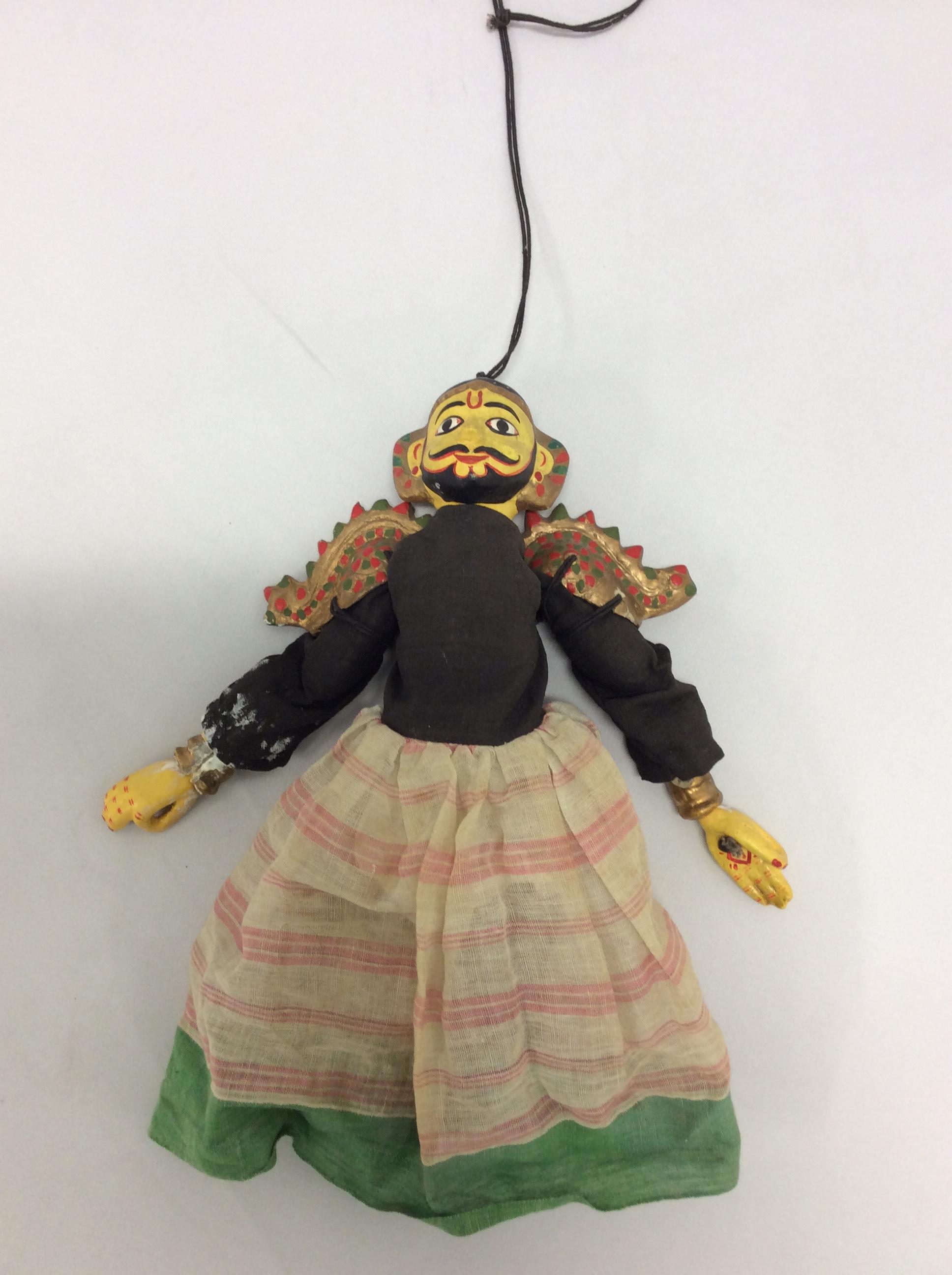 Un personnage masculin. Une petite marionnette à fils, sutrada gombeyata, avec la tête et les bras en plâtre, hauteur : 30 cm (Karnataka, Inde). Collection : Center for Puppetry Arts (Atlanta, Géorgie, États-Unis)