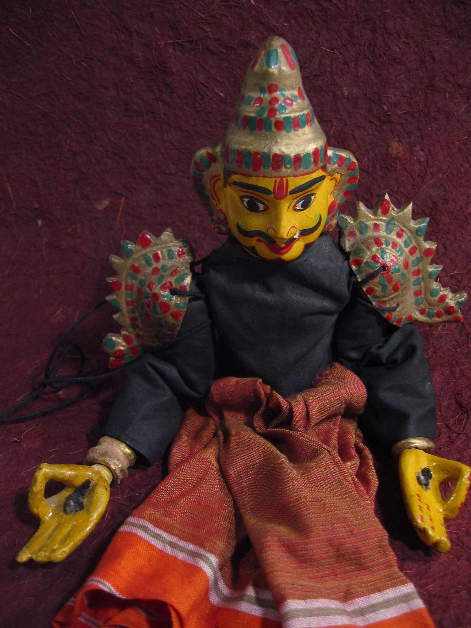 Un personnage masculin. Une petite marionnette à fils, sutrada gombeyata, hauteur : 37 cm (Karnataka, Inde). Collection : Center for Puppetry Arts (Atlanta, Géorgie, États-Unis)
